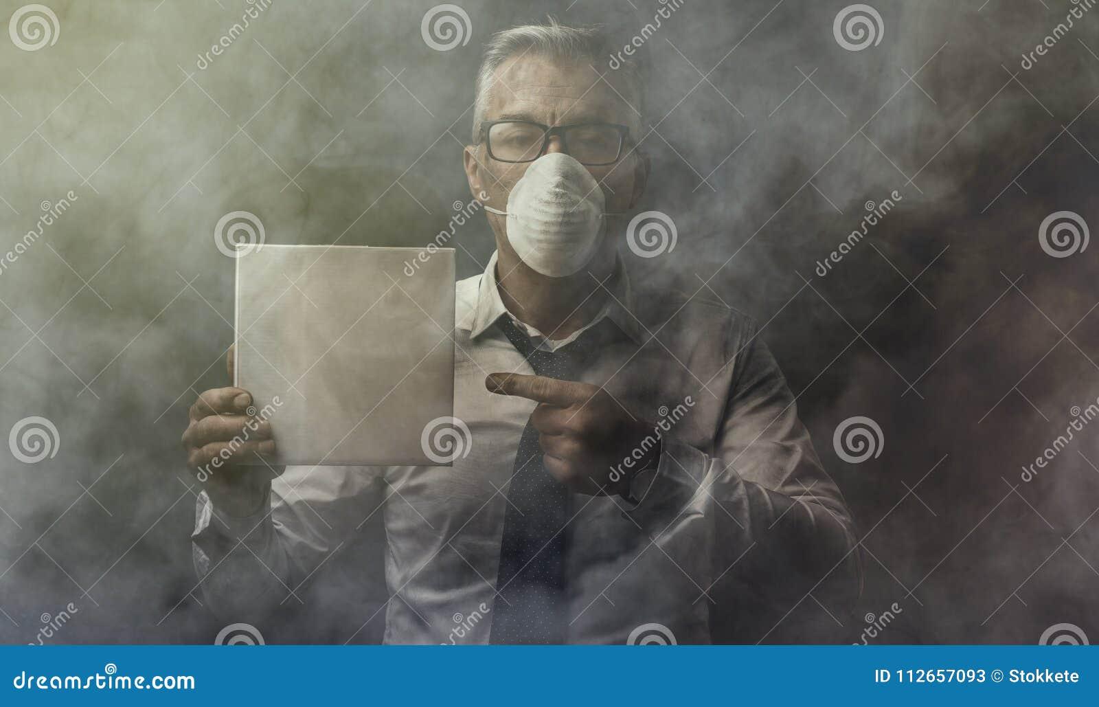 Homem de negócios que guarda um sinal e uma poluição do ar