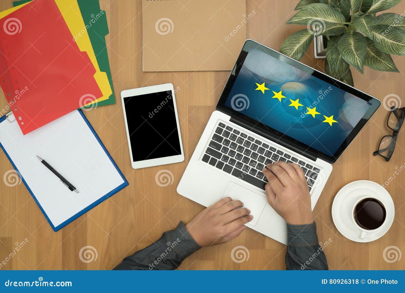 Homem de negócios que guarda uma avaliação de cinco estrelas, revisão, avaliação do aumento ou