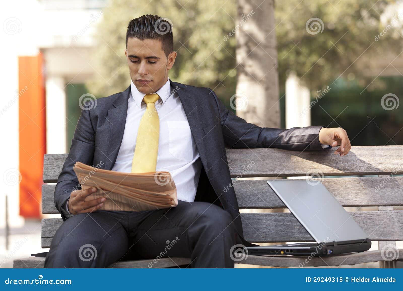 Download Homem De Negócios Que Lê Seu Jornal Foto de Stock - Imagem de informação, confiável: 29249318