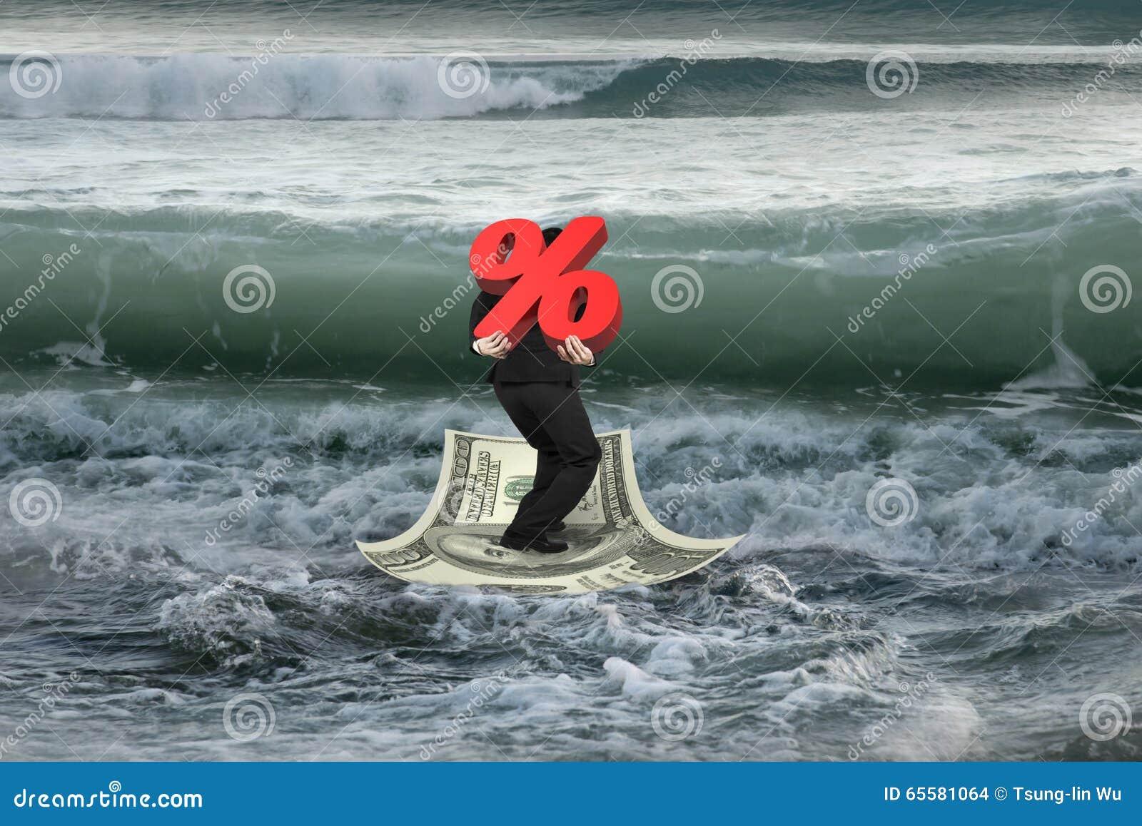 Homem de negócios que leva a porcentagem 3D no barco do dinheiro com w próximo