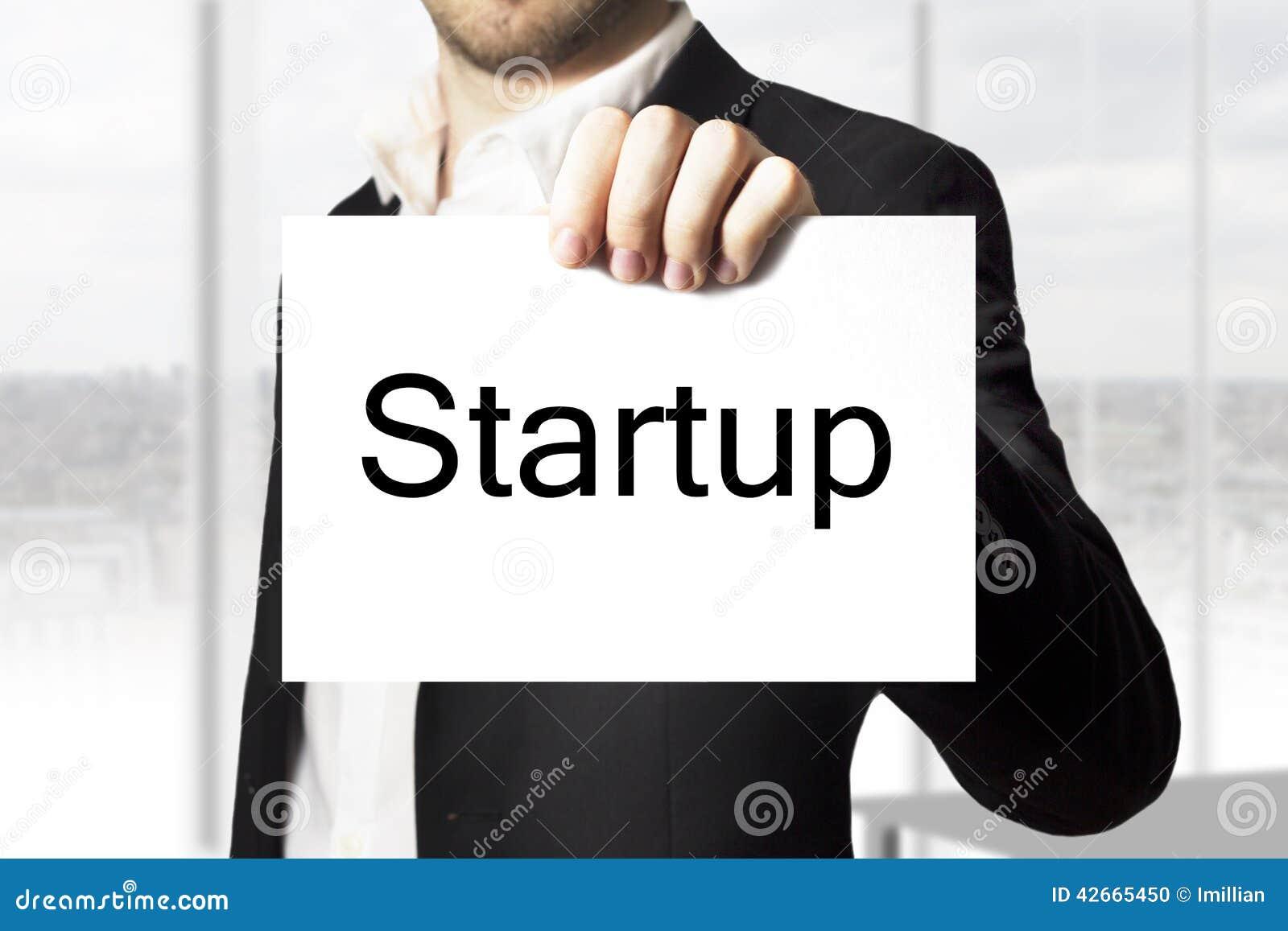 Homem de negócios que mantém o sinal startup