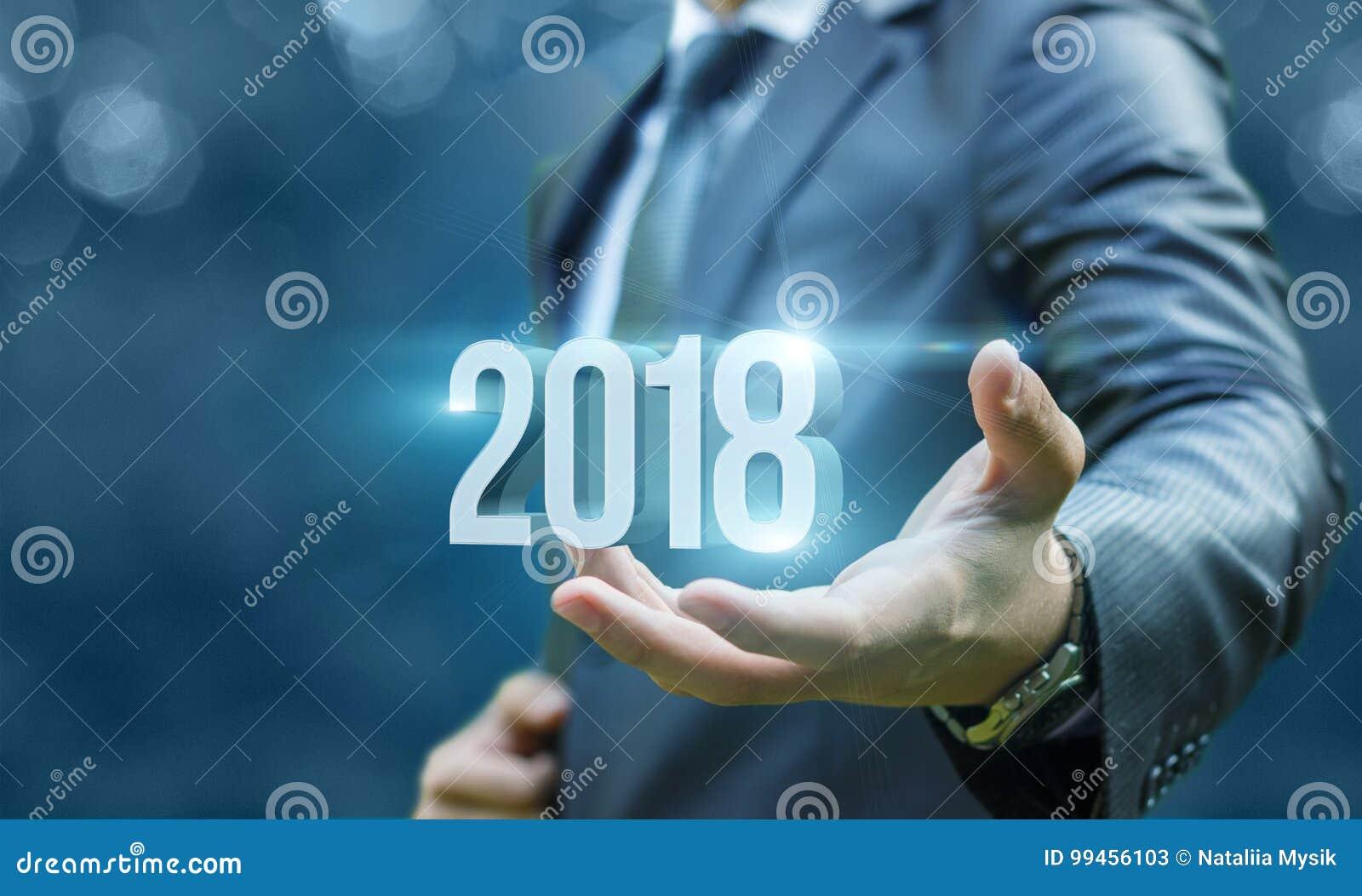Homem de negócios que mostra 2018 disponivéis
