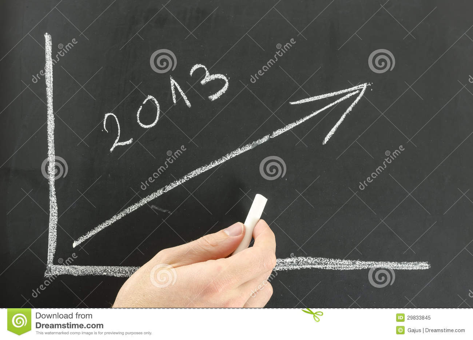 Homem de negócios que mostra o gráfico para 2013 em uma placa.