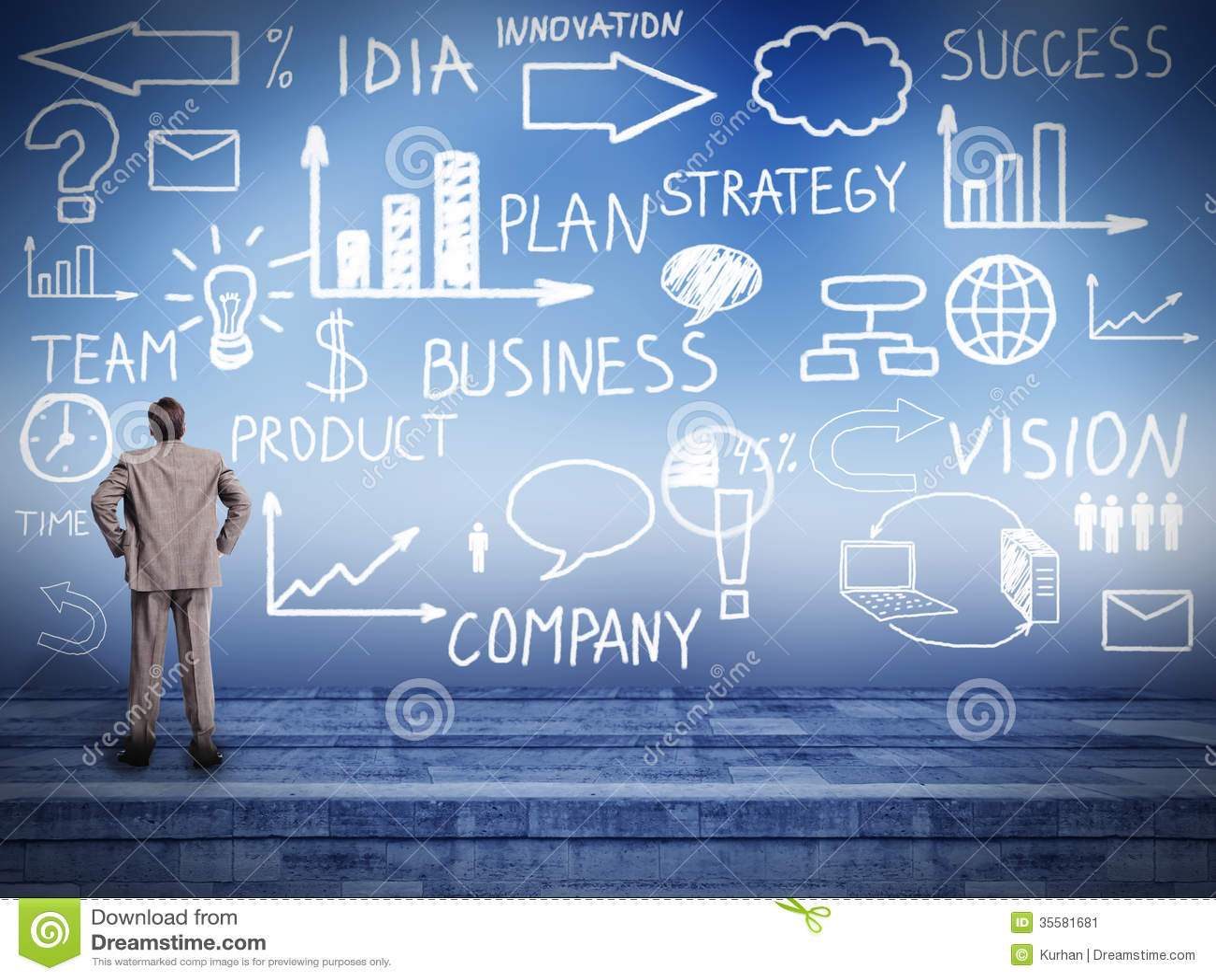 Homem de negócios que olha o plano da inovação.