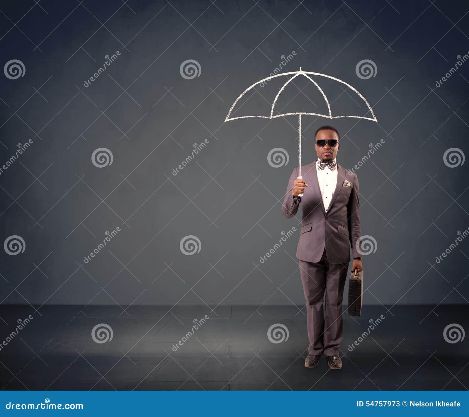 Homem de negócios que prende um guarda-chuva