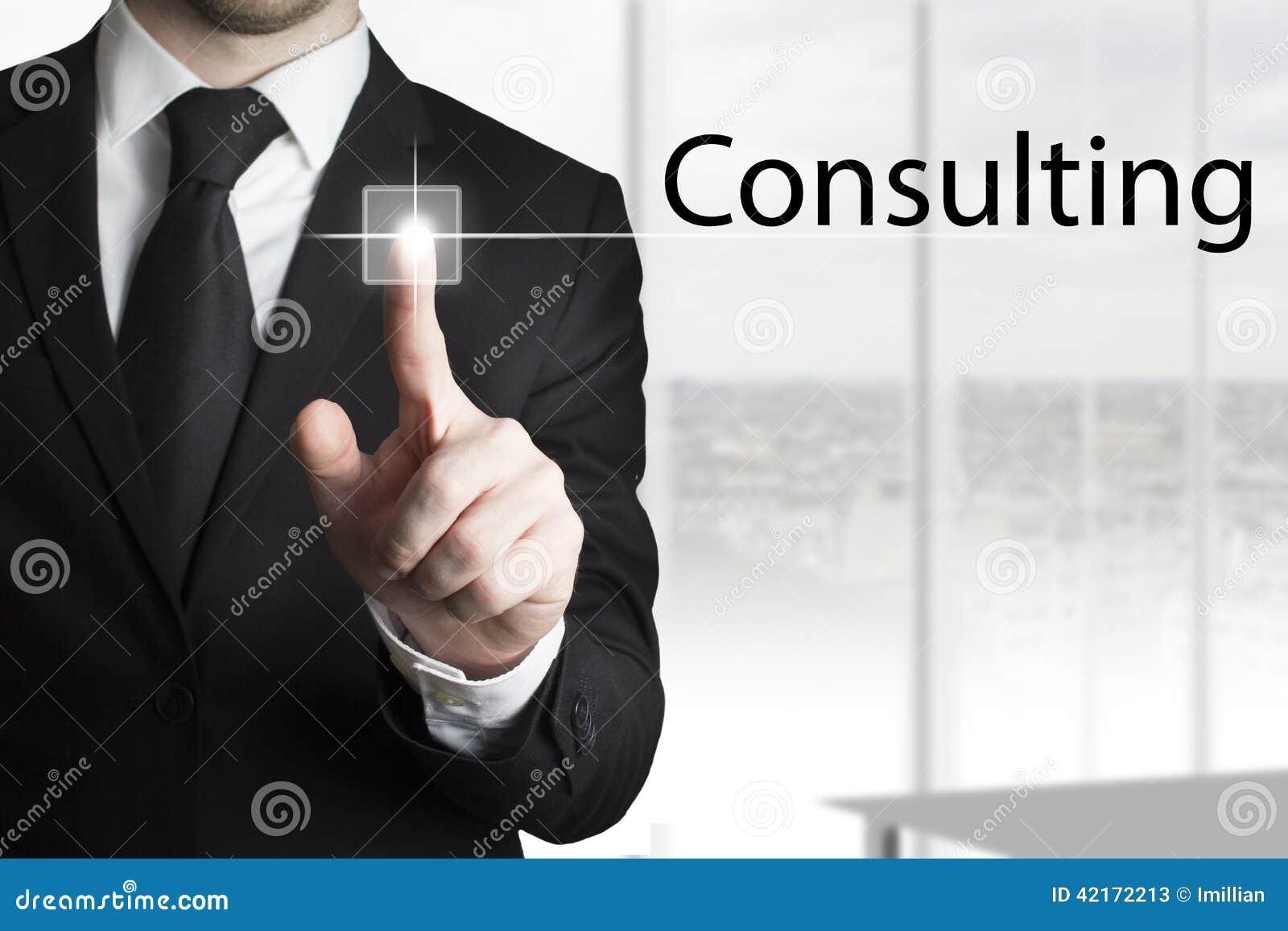 Homem de negócios que pressiona a consulta do botão do écran sensível