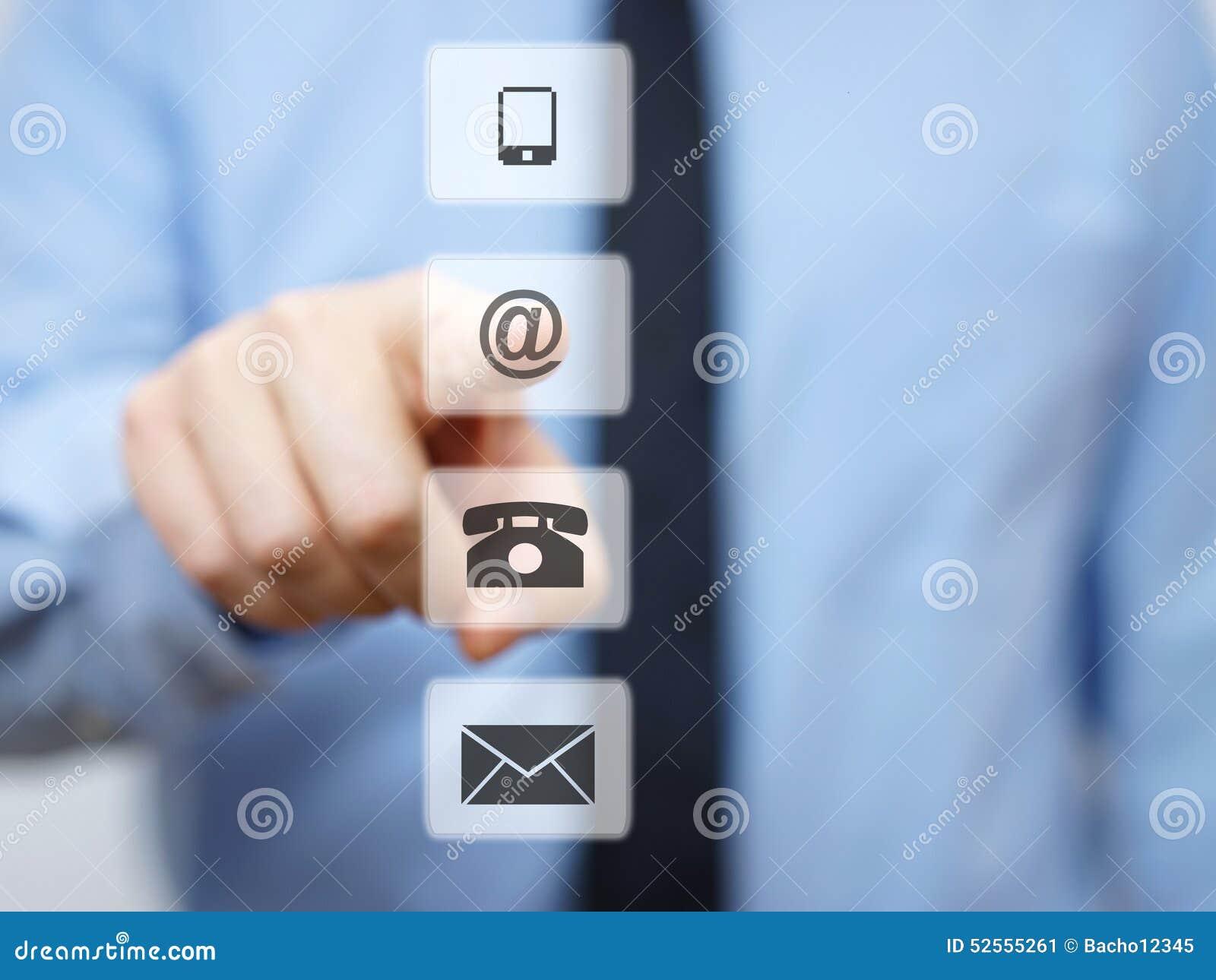 Homem de negócios que pressiona o botão do email, ícones do apoio da empresa