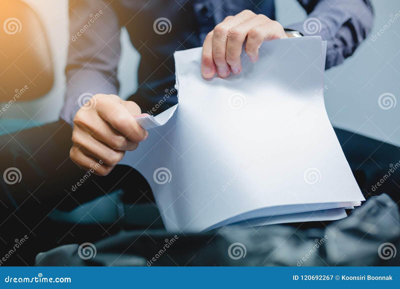 Homem de negócios que rasga o papel vazio distante