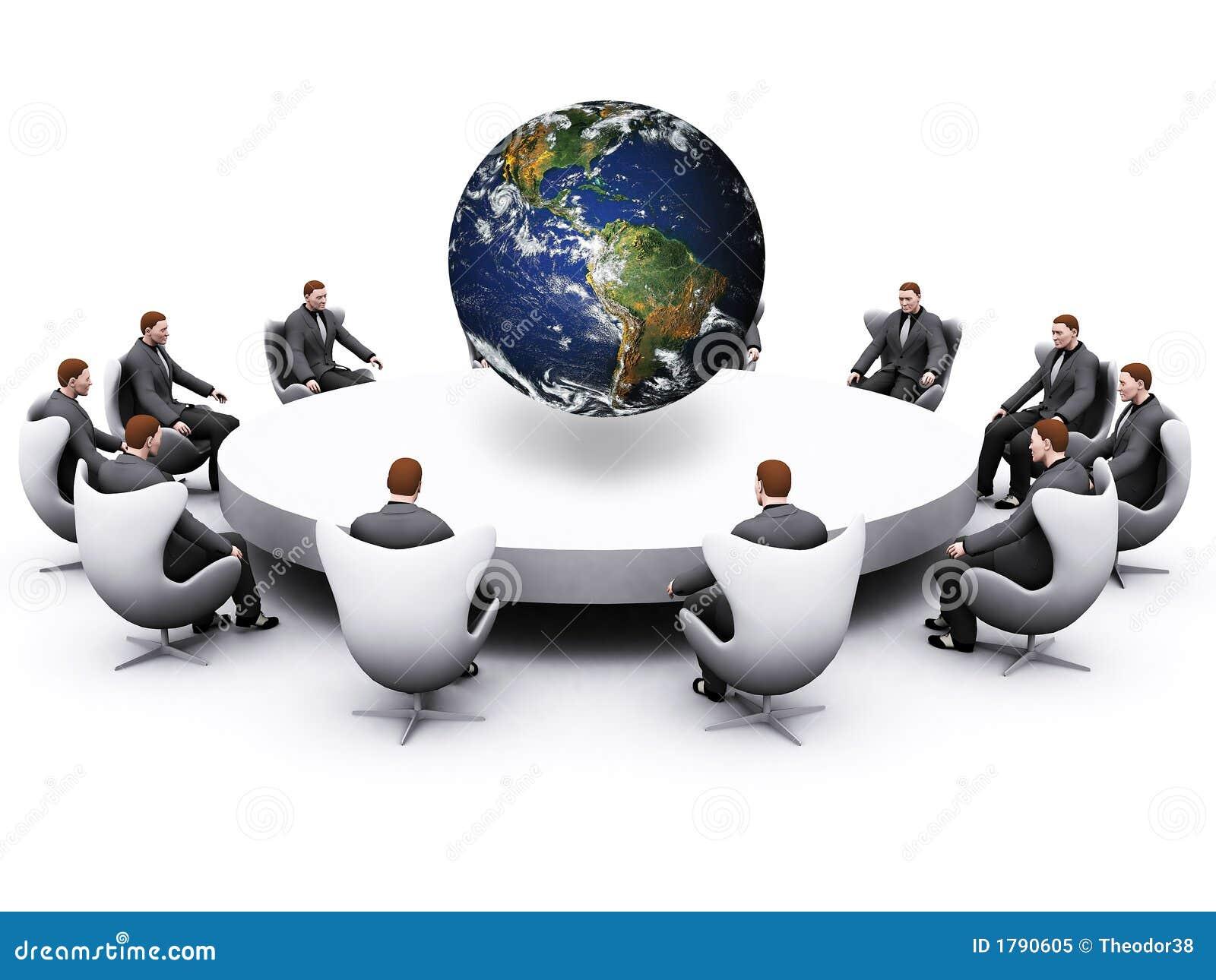 Homem de negócios que senta-se em torno da tabela
