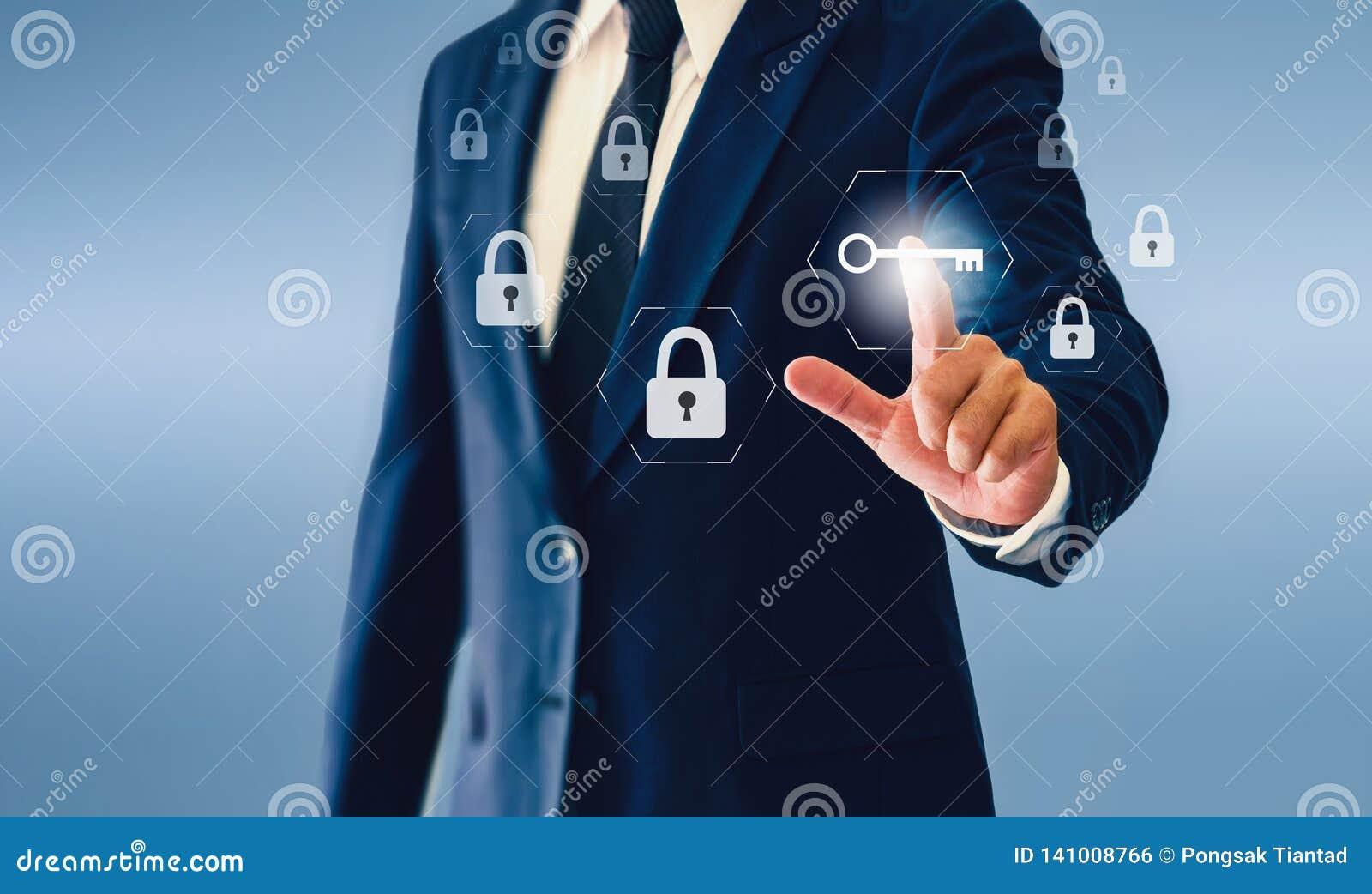 Homem de negócios que toca no botão virtual chave Conceito do negócio ou da segurança bem sucedida