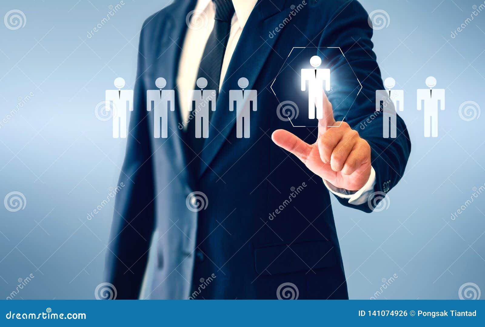 Homem de negócios que toca no botão virtual da pessoa sobre o conceito da pessoa de recrutamento e do desenvolvimento pessoal