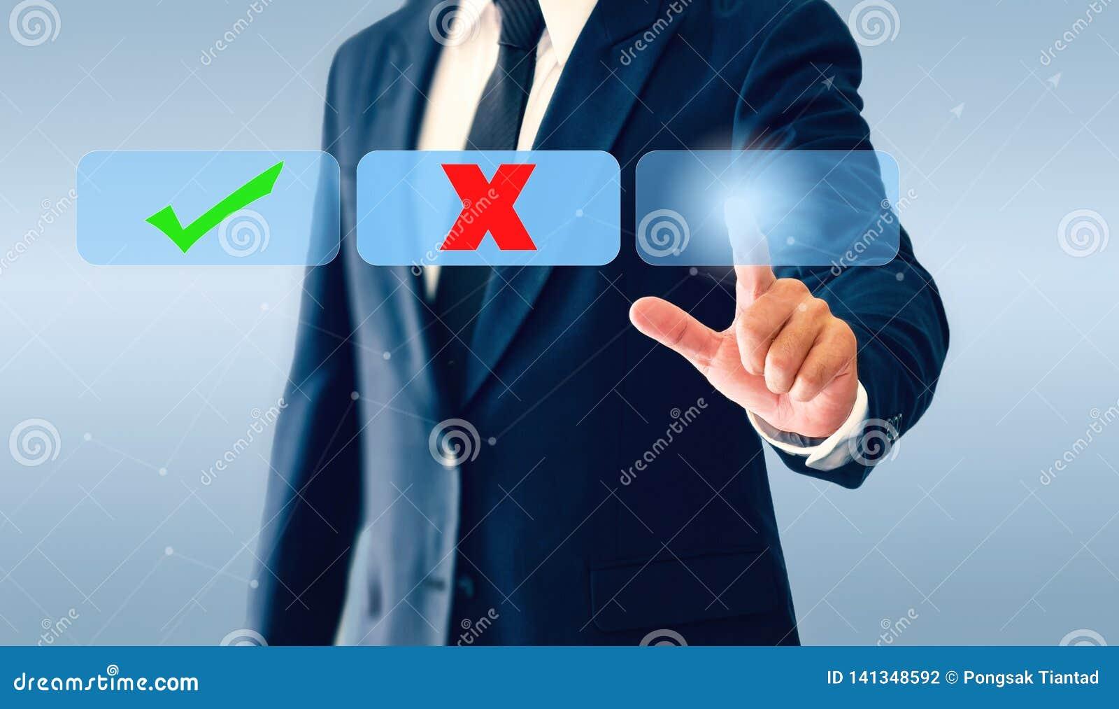 Homem de negócios que toca no botão virtual das marcas de verificação O conceito da decisão empresarial pode ser direito ou errad