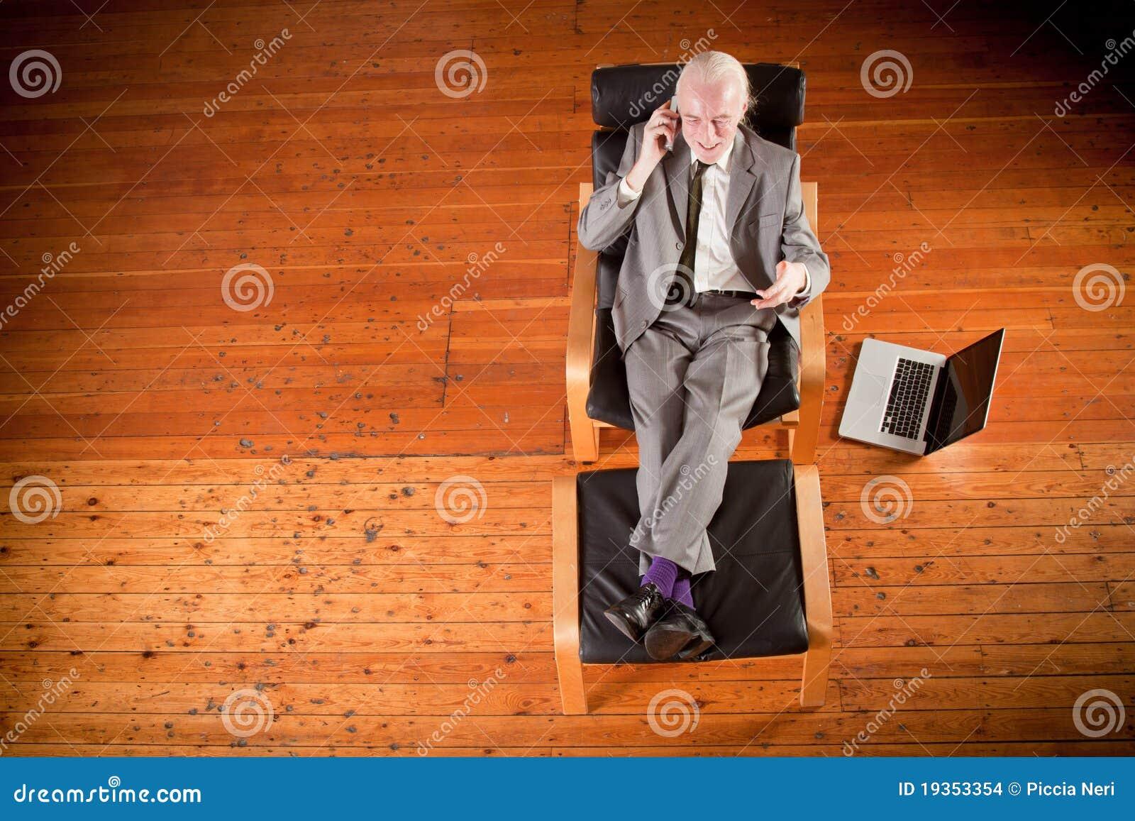 Homem de negócios que trabalha na poltrona, paisagem