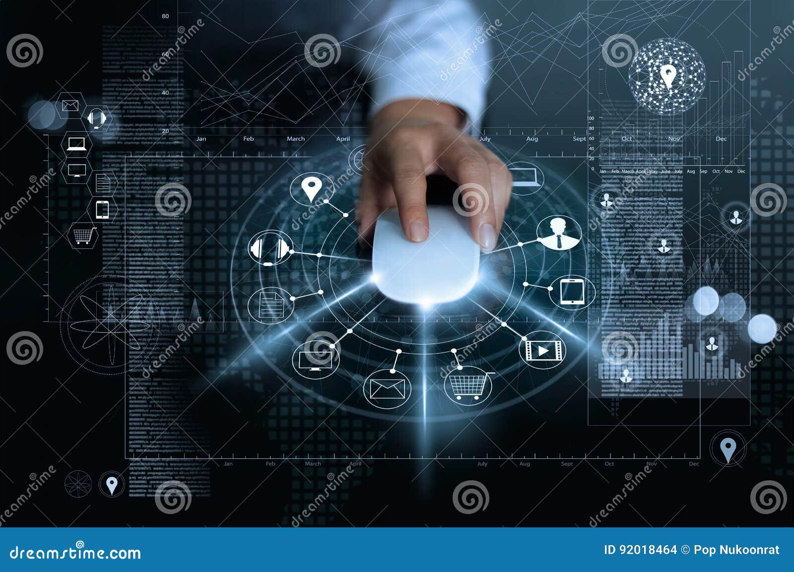 Homem de negócios que usa a compra dos pagamentos do rato e a conexão de rede em linha do cliente do ícone no fundo global da inf