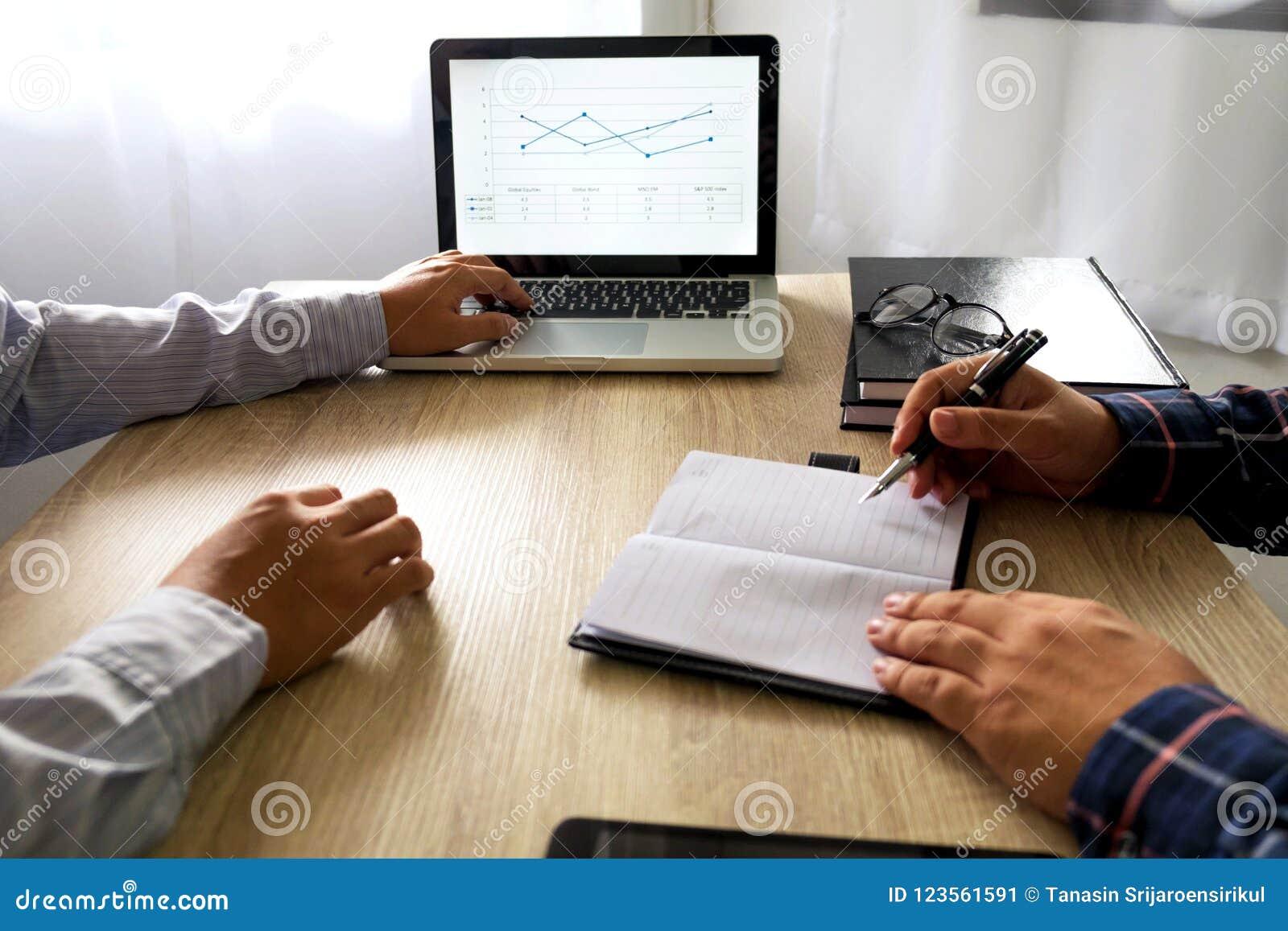 Homem de negócios que usa o portátil para ensinar sobre e a análise a situação