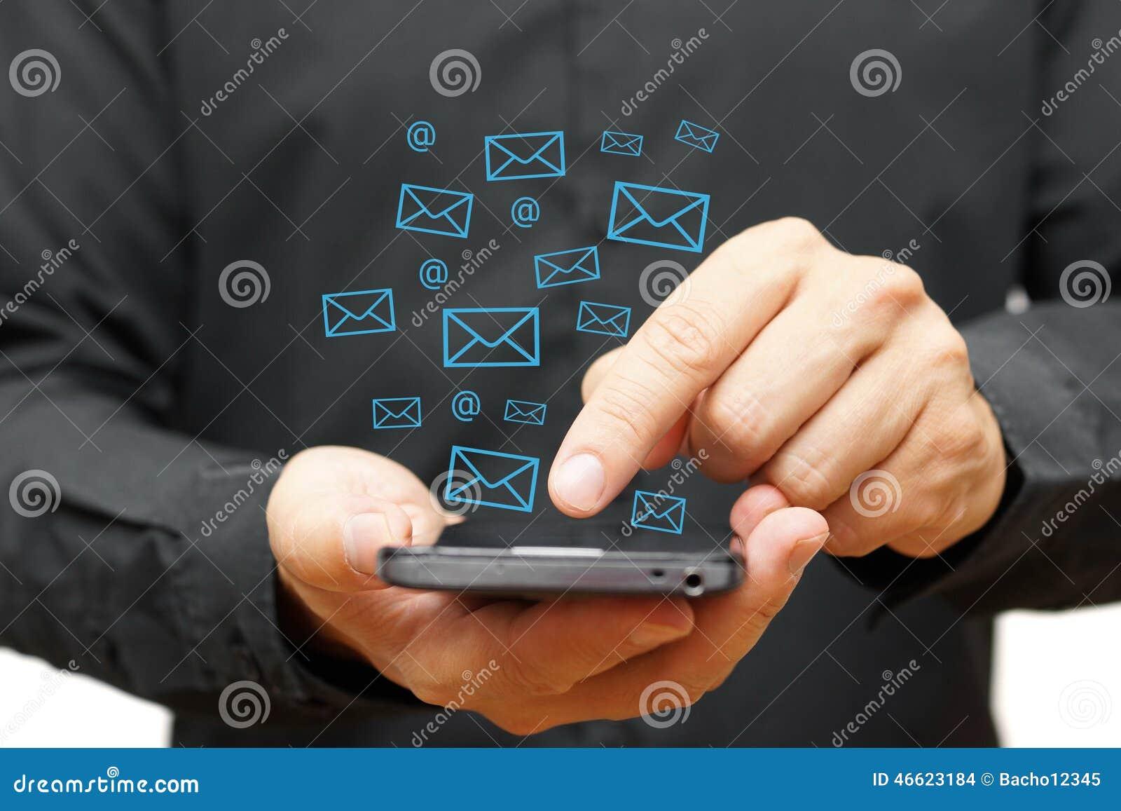 Homem de negócios que usa o telefone esperto com ícones do email ao redor