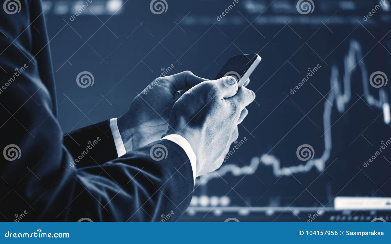 Homem de negócios que usa o telefone esperto móvel, levantando o fundo do gráfico O crescimento do negócio, investimento e invest