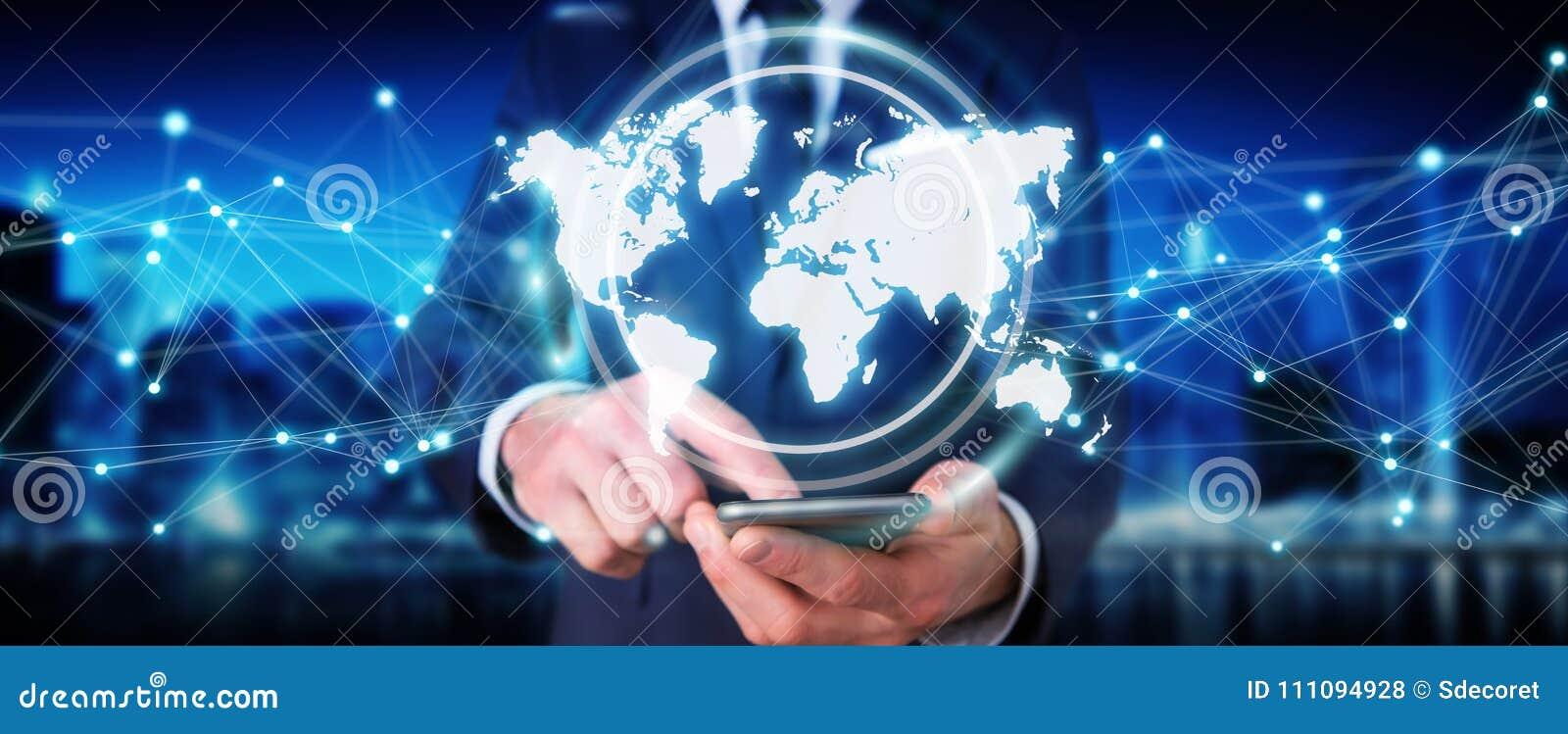 Homem de negócios que usa a rendição digital da relação 3D do mapa do mundo