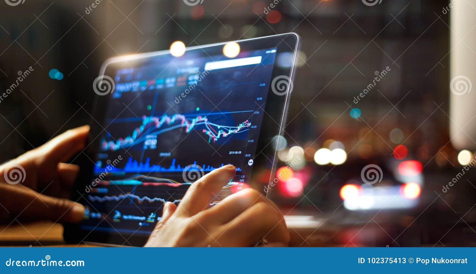 Homem de negócios que verifica dados do mercado de valores de ação na tabuleta