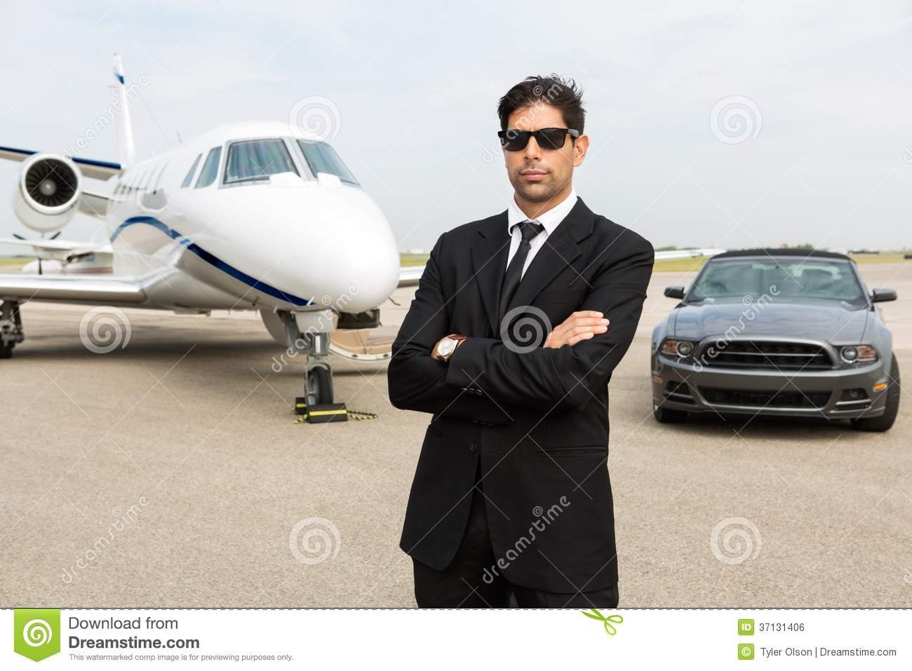Homem de negócios Standing In Front Of Car And Private