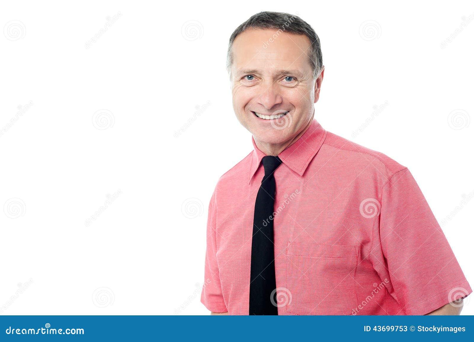 Homem de negócios superior que sorri à câmera
