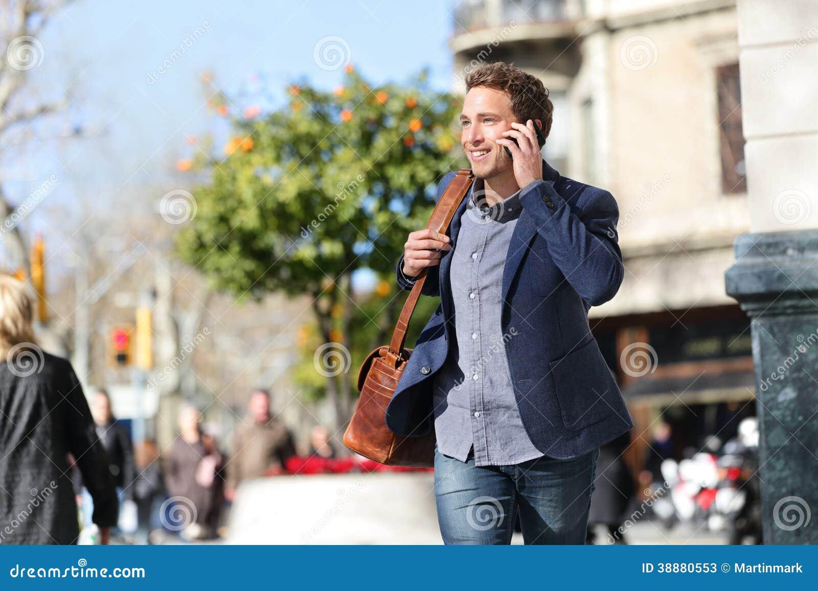 Homem de negócios urbano novo no telefone esperto, Barcelona