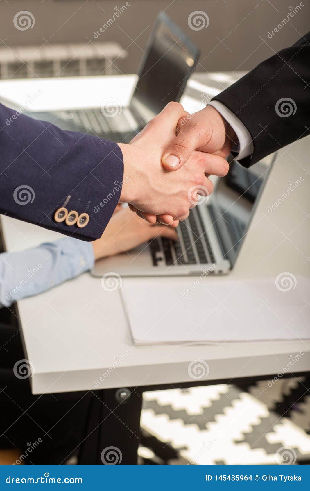 Homem de neg?cio dois seguro que agita as m?os durante uma reuni?o no escrit?rio
