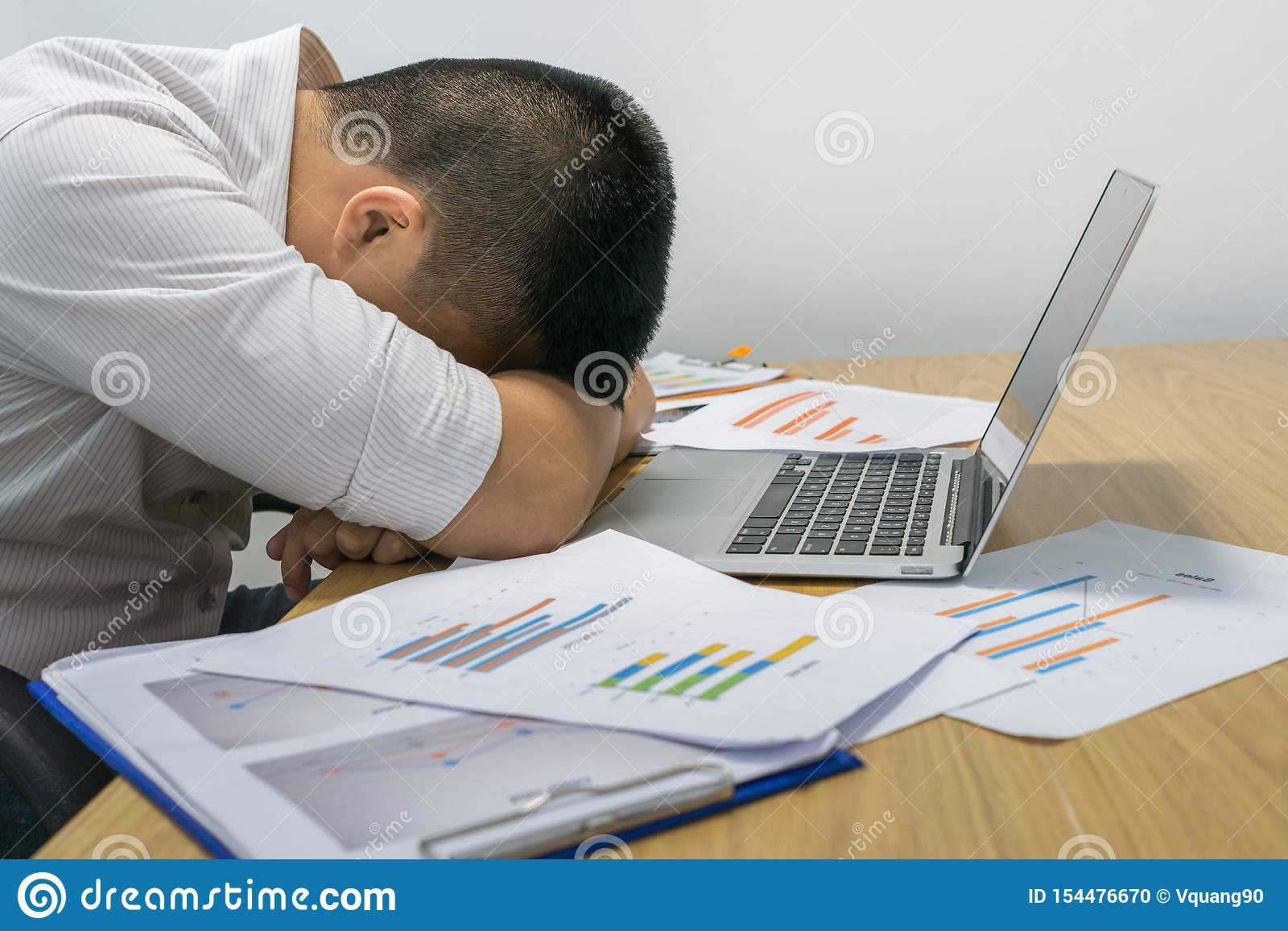 Homem de neg?cios cansado novo que dorme no escrit?rio
