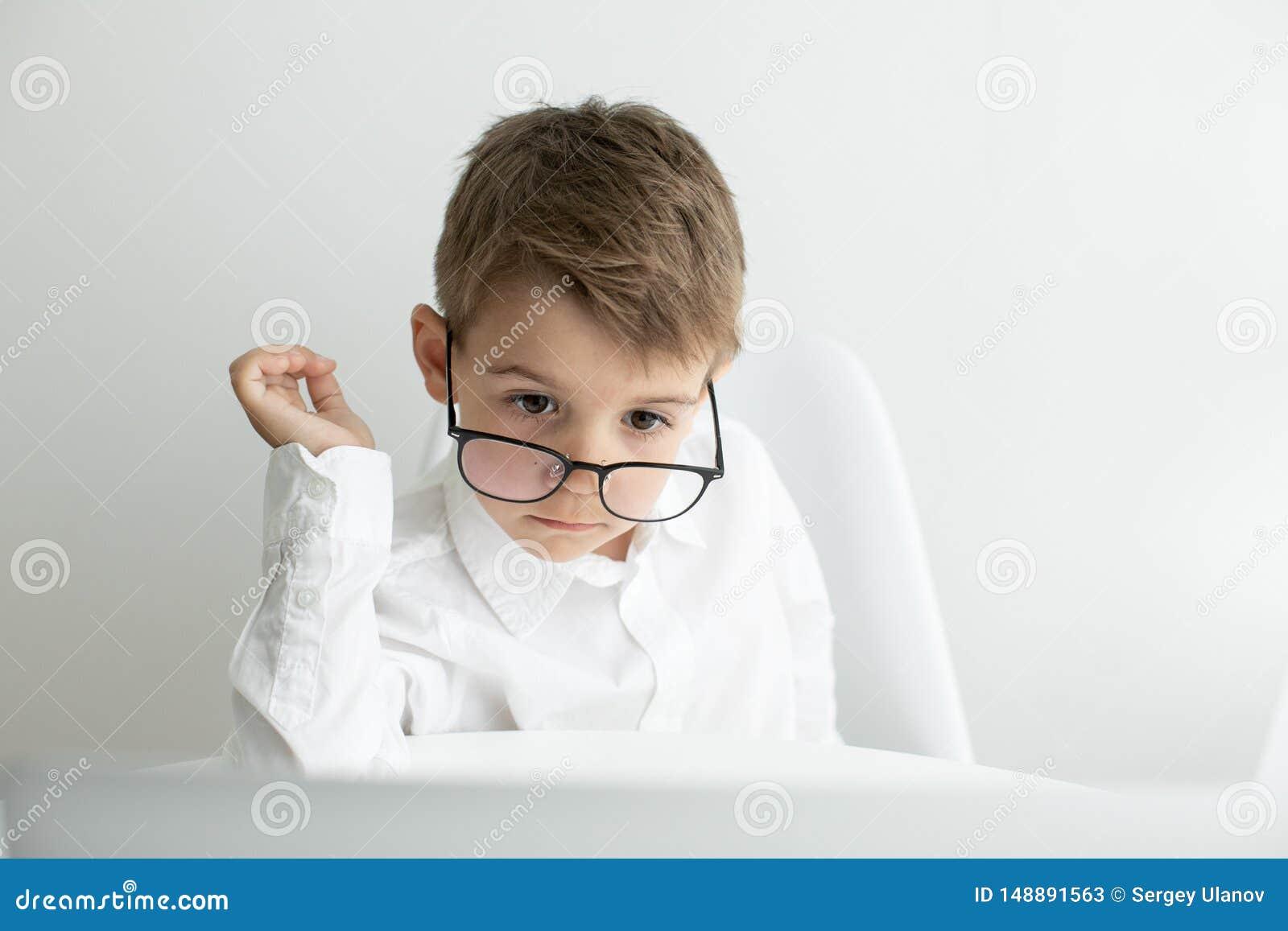 Homem de neg?cios novo que trabalha com o port?til no escrit?rio