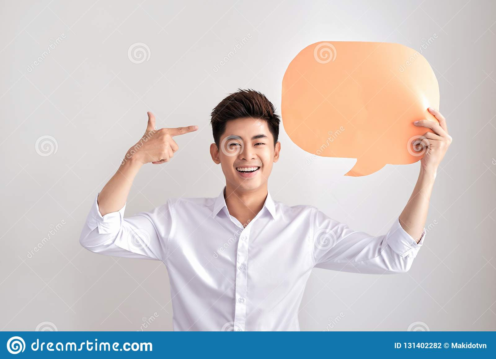 Homem de pensamento alegre que guarda o balão de discurso vazio branco com espaço para o texto isolado no fundo branco