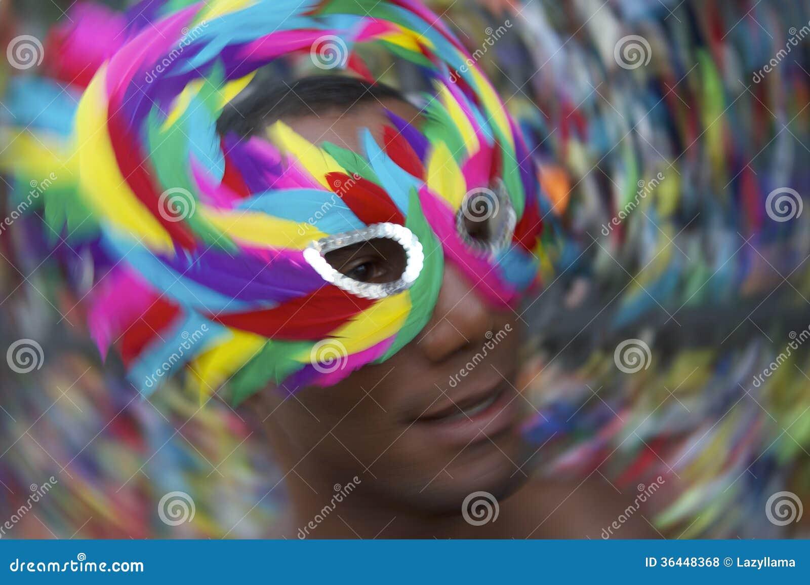 Homem de Salvador Carnival Samba Dancing Brazilian na máscara colorida