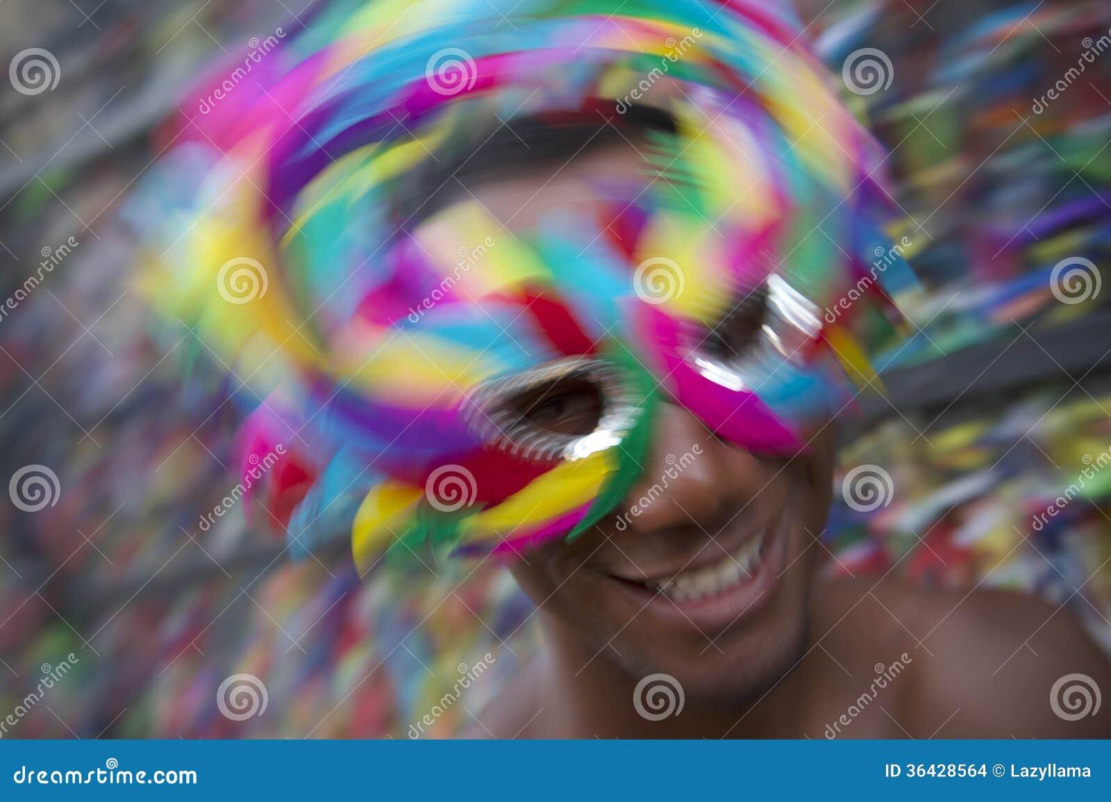 Homem de Salvador Carnival Samba Dancing Brazilian que sorri na máscara colorida