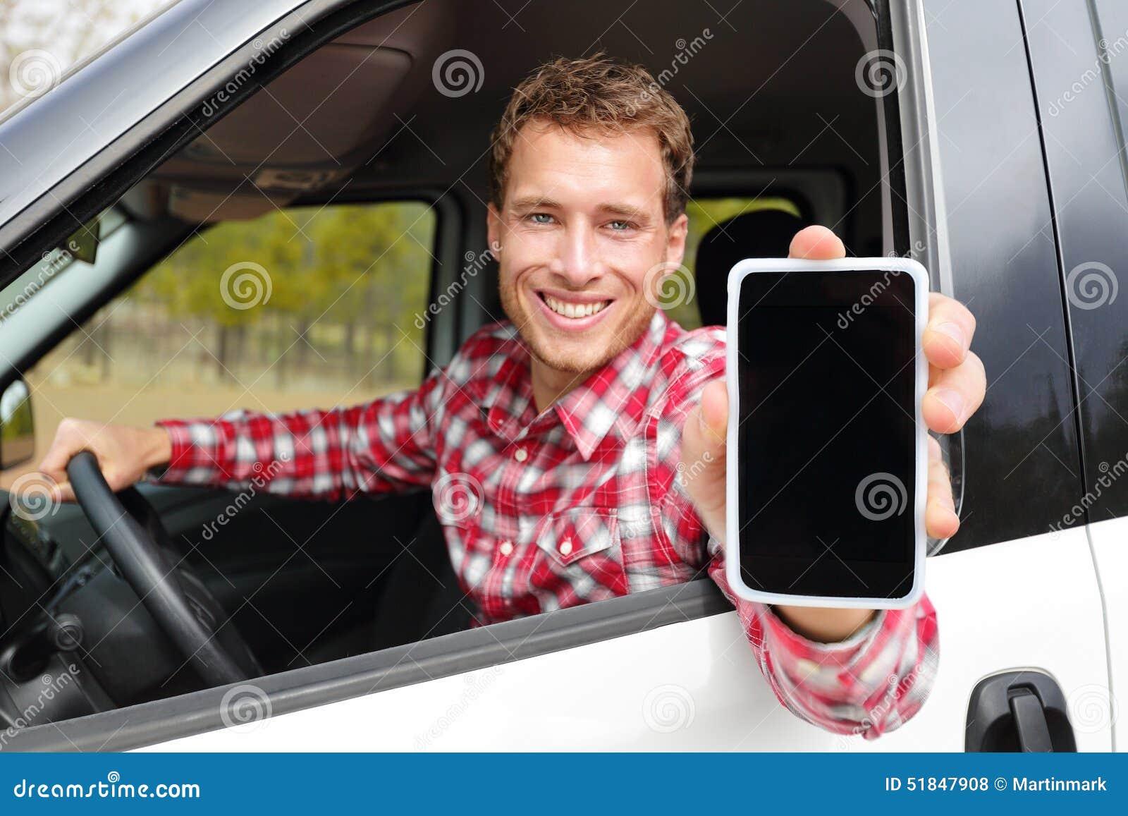 Homem de Smartphone que conduz o carro que mostra o app na tela