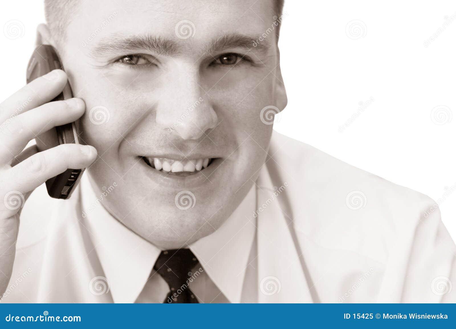 Homem de sorriso com telemóvel