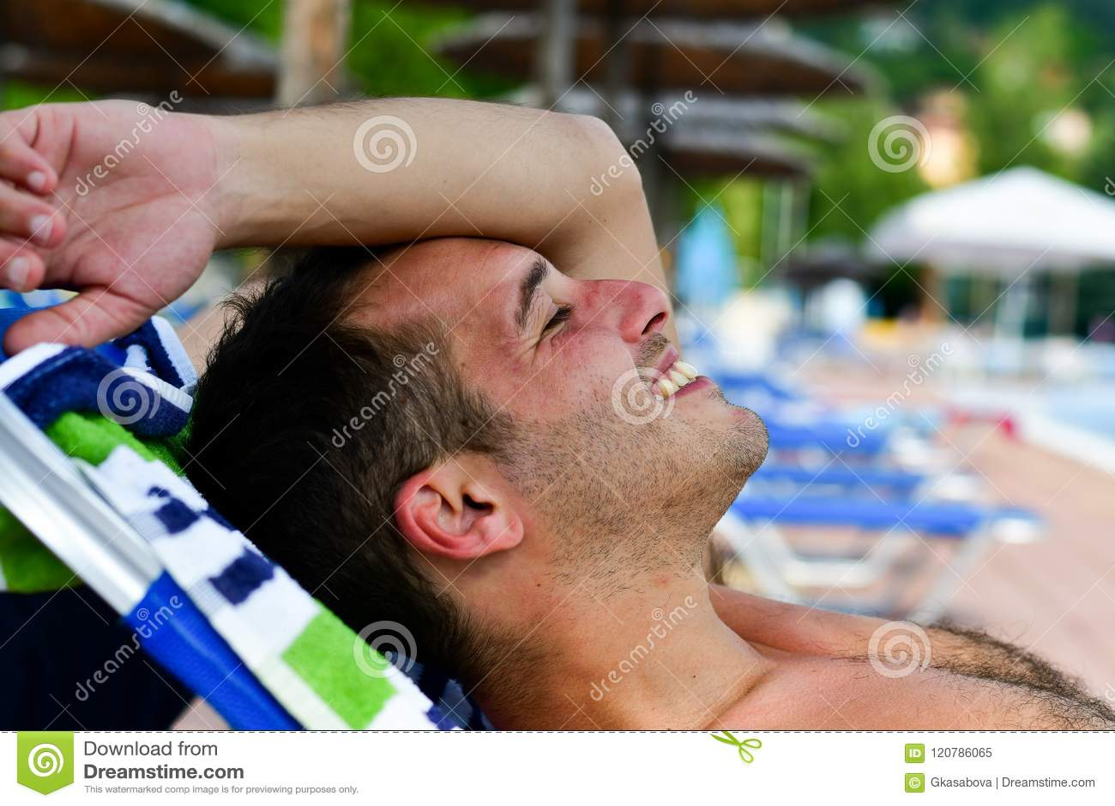 Homem de sorriso farpado na praia