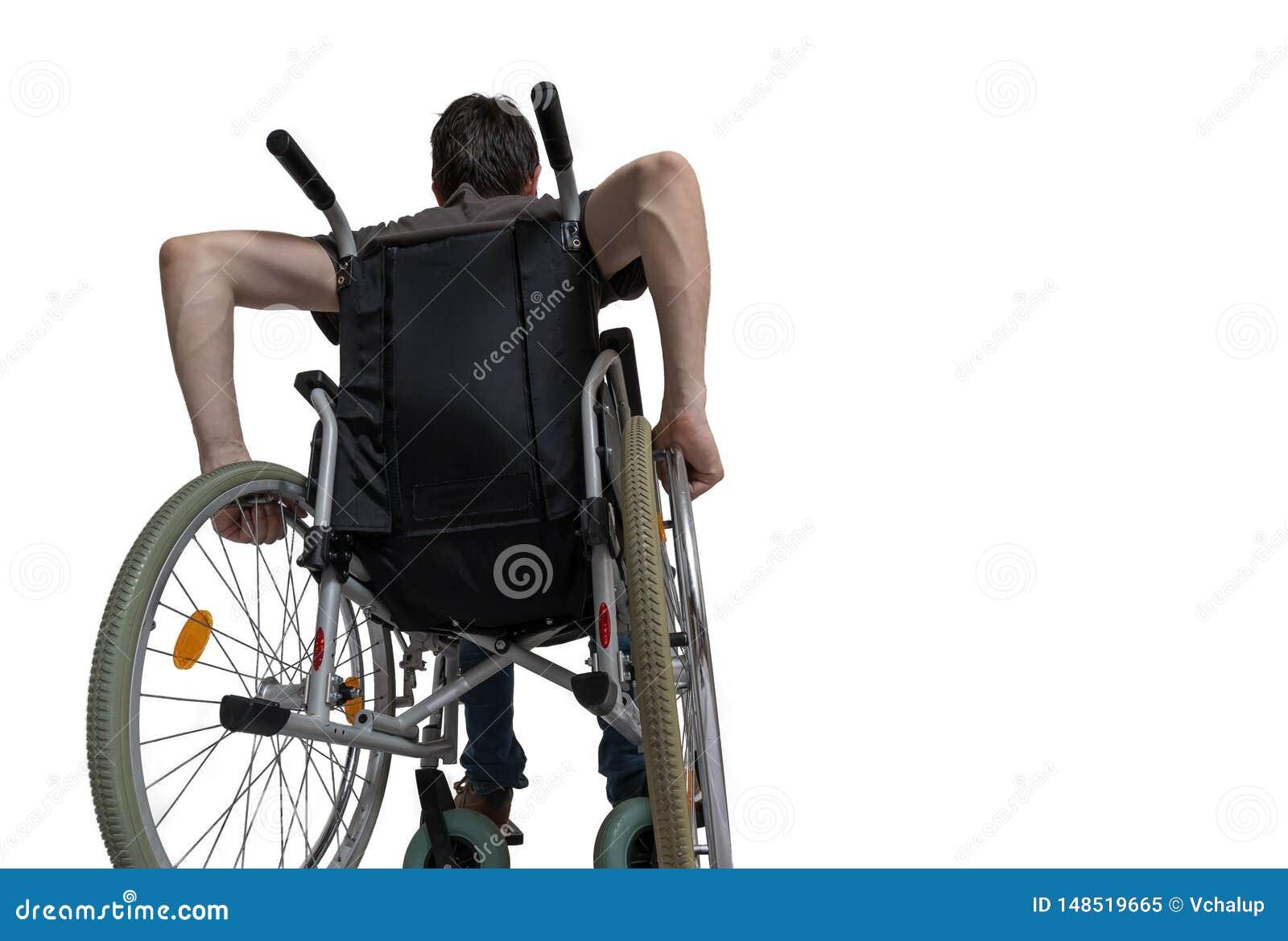 Homem deficiente deficiente que senta-se na cadeira de rodas Isolado no fundo branco