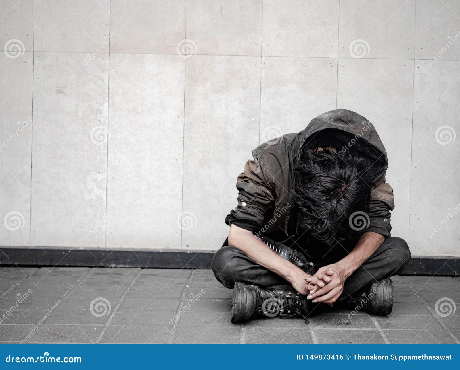 Homem desabrigado na rua da passagem na cidade e pedido pela ajuda e pelo dinheiro Problemas de cidades modernas grandes