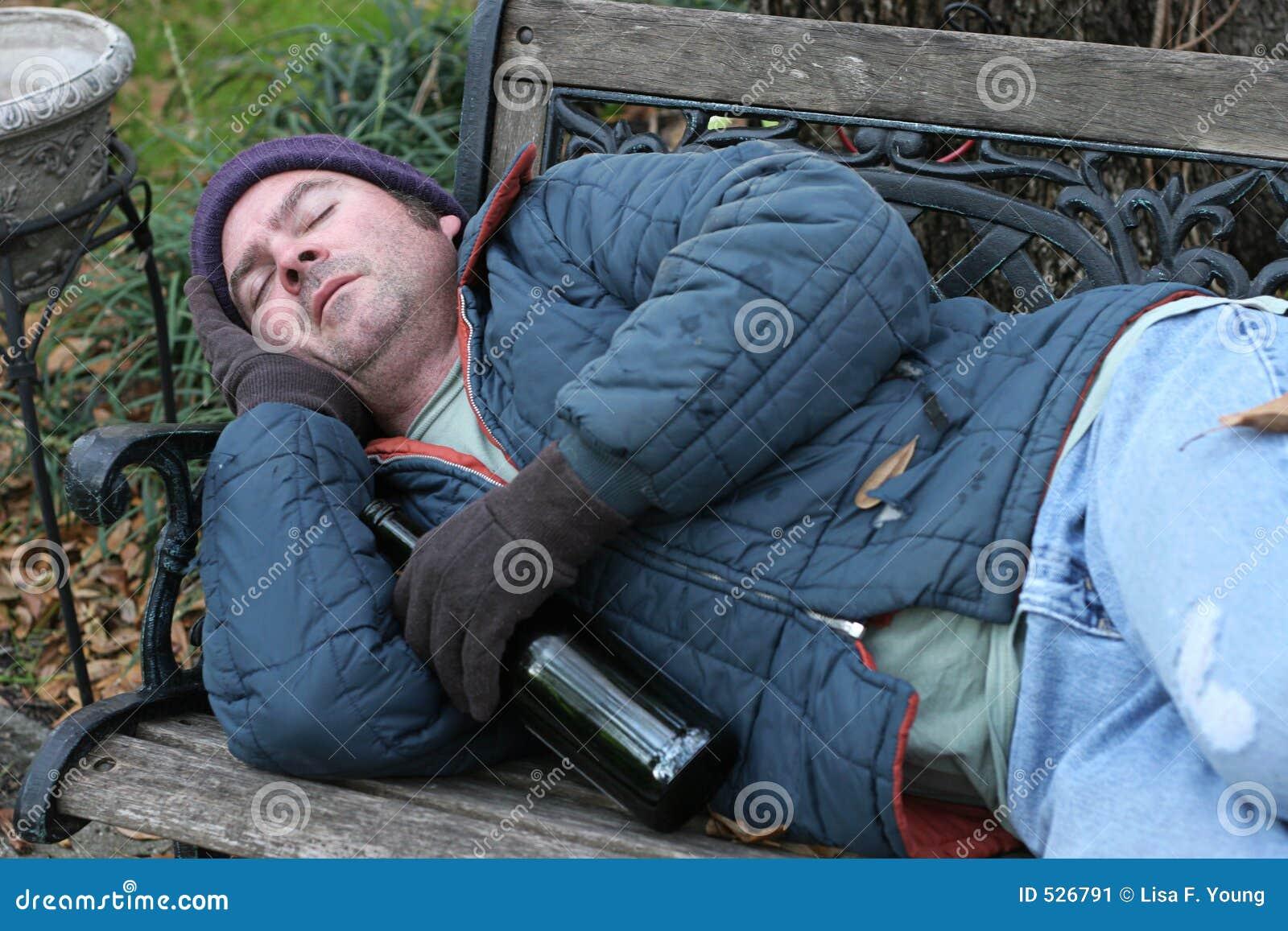 Homem desabrigado - no banco de parque
