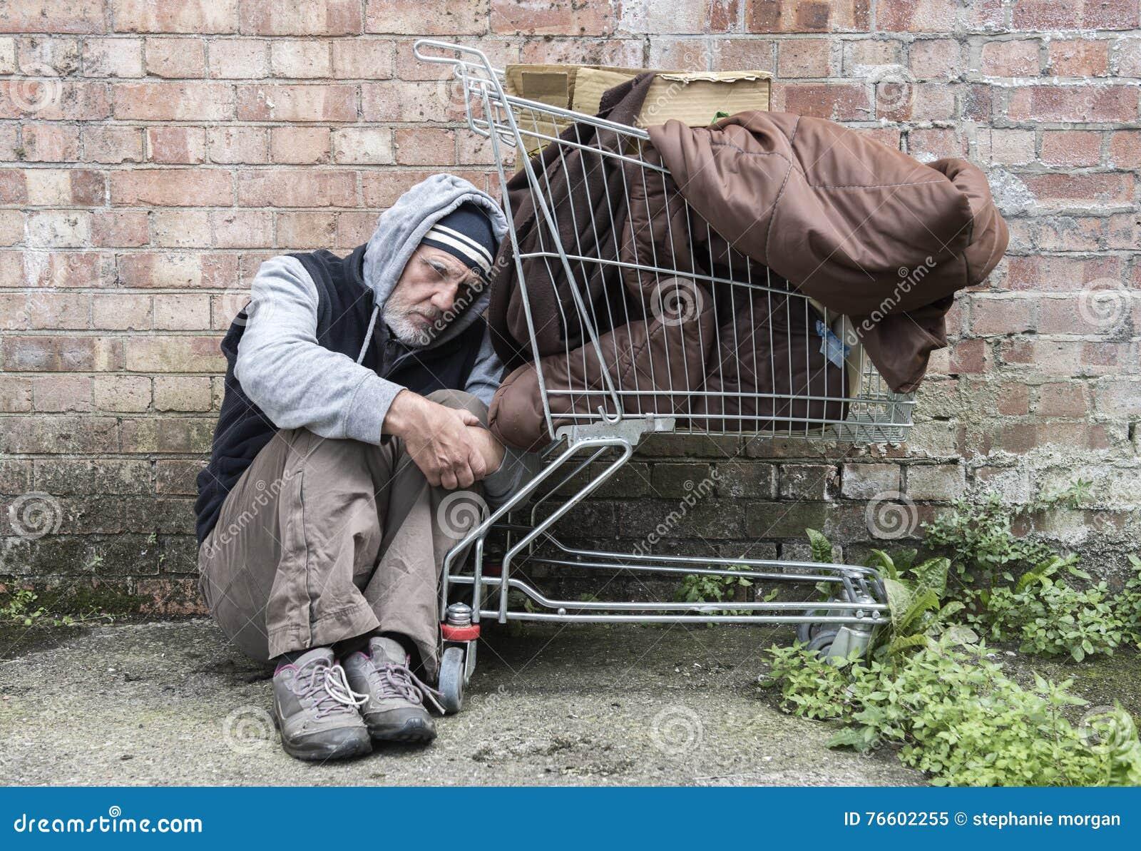 Homem desabrigado para fora nas ruas
