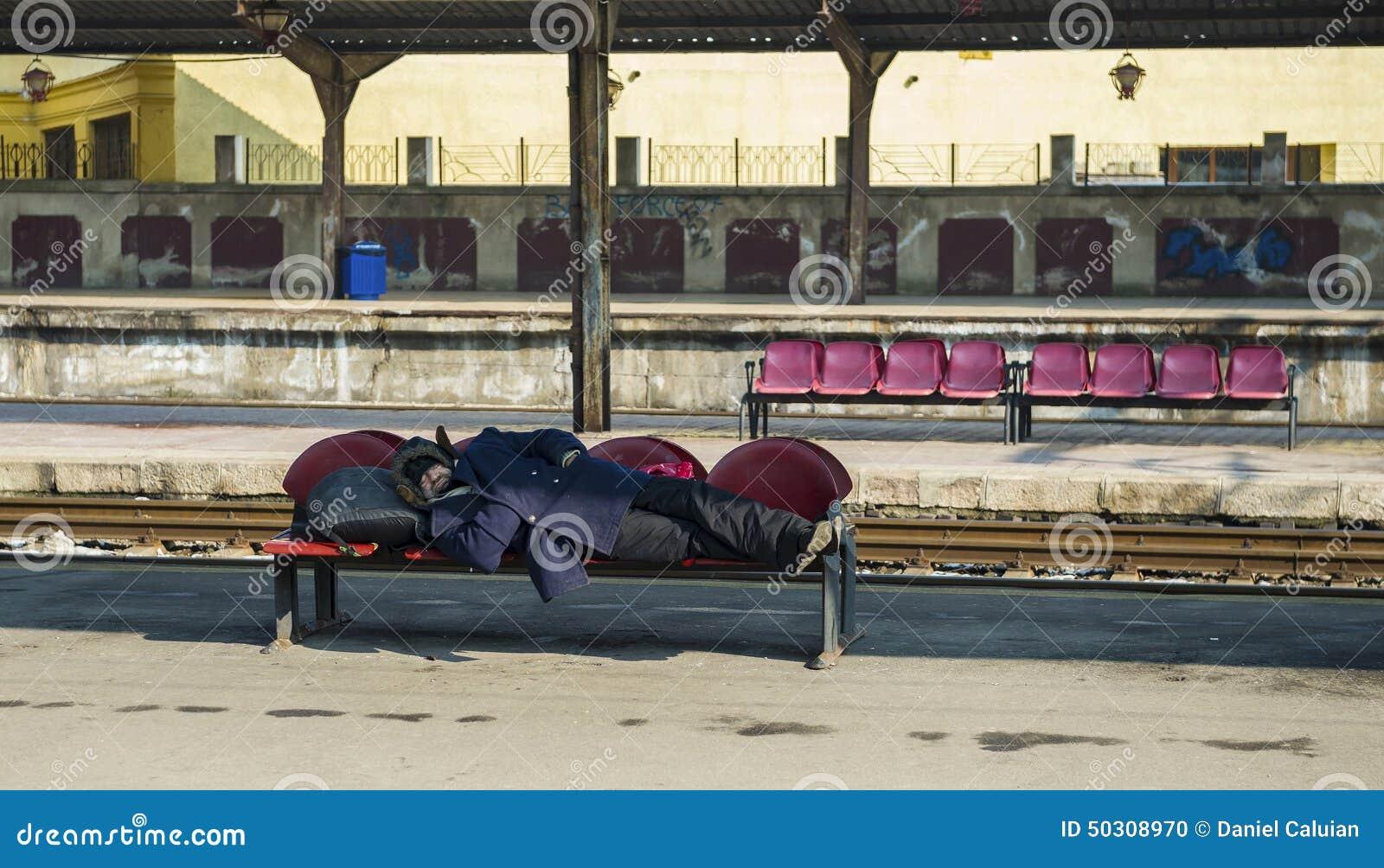 Homem desabrigado que dorme na estação de trem norte de Bucareste