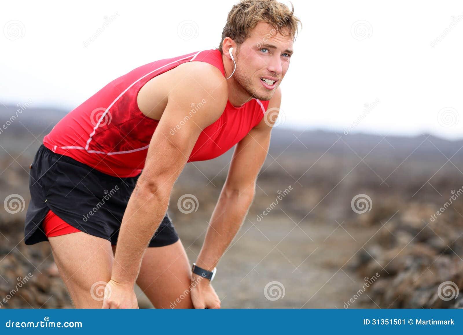 Homem do corredor que descansa com música após a corrida
