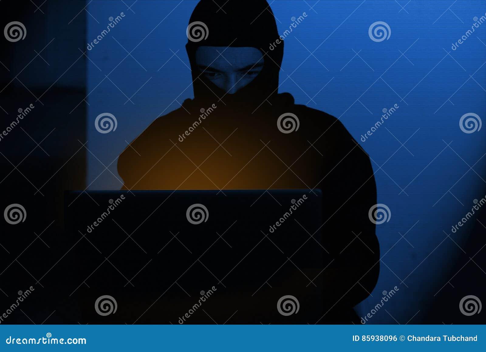 Homem do hacker na camisa do hoodie que datilografa cortando a segurança global do netwok