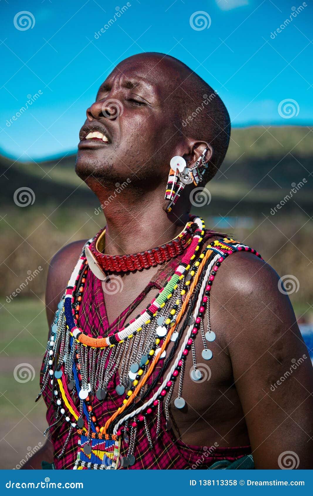 Homem do Masai que canta com paixão