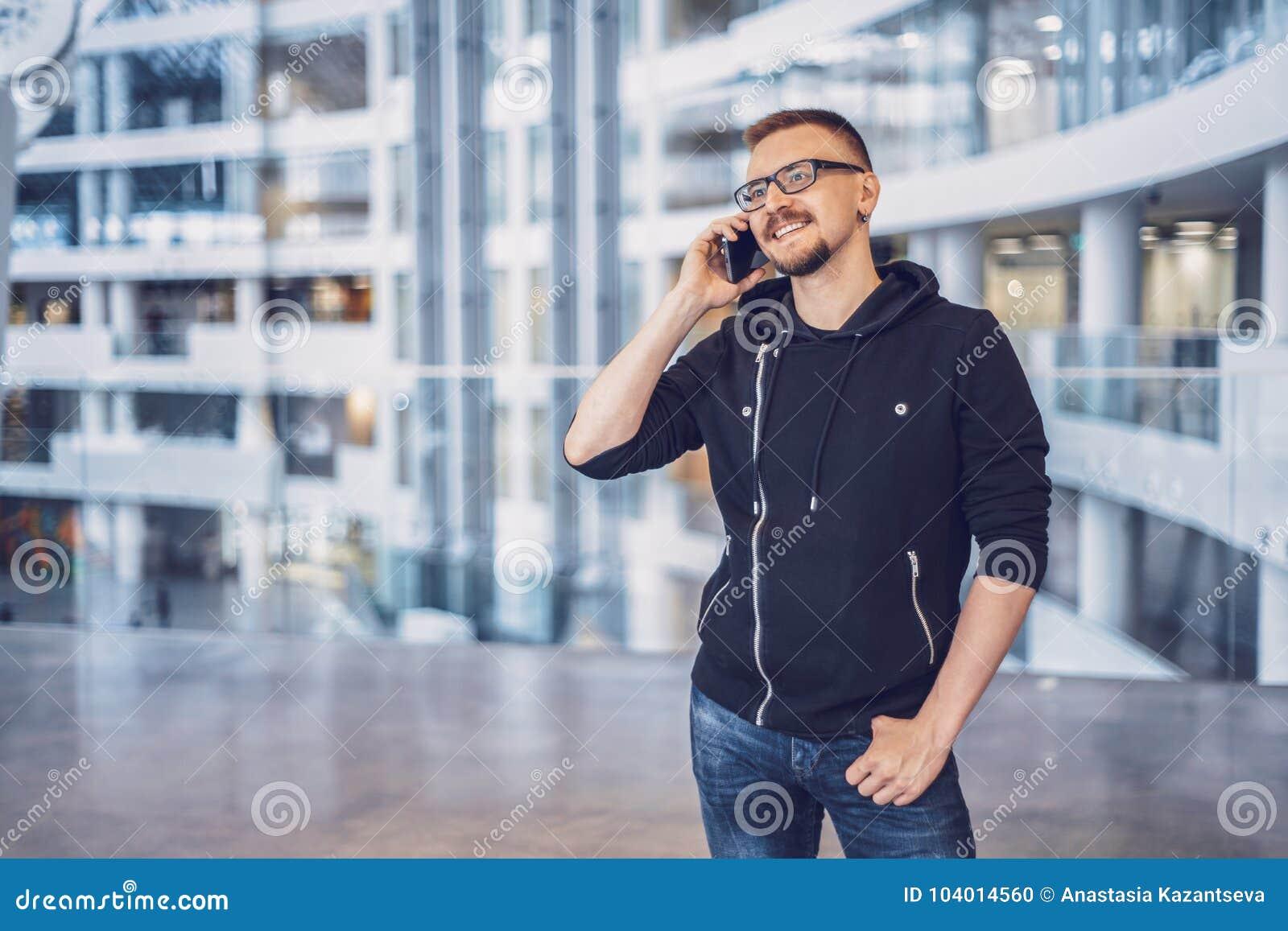 Homem do moderno que fala no telefone celular