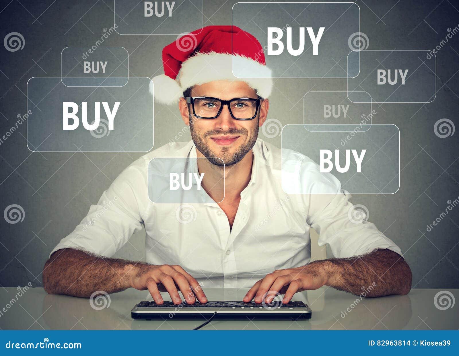 Homem do Natal feliz no material de compra do chapéu vermelho de Papai Noel  em linha Conceito da compra do xmas do feriado f39698134fd