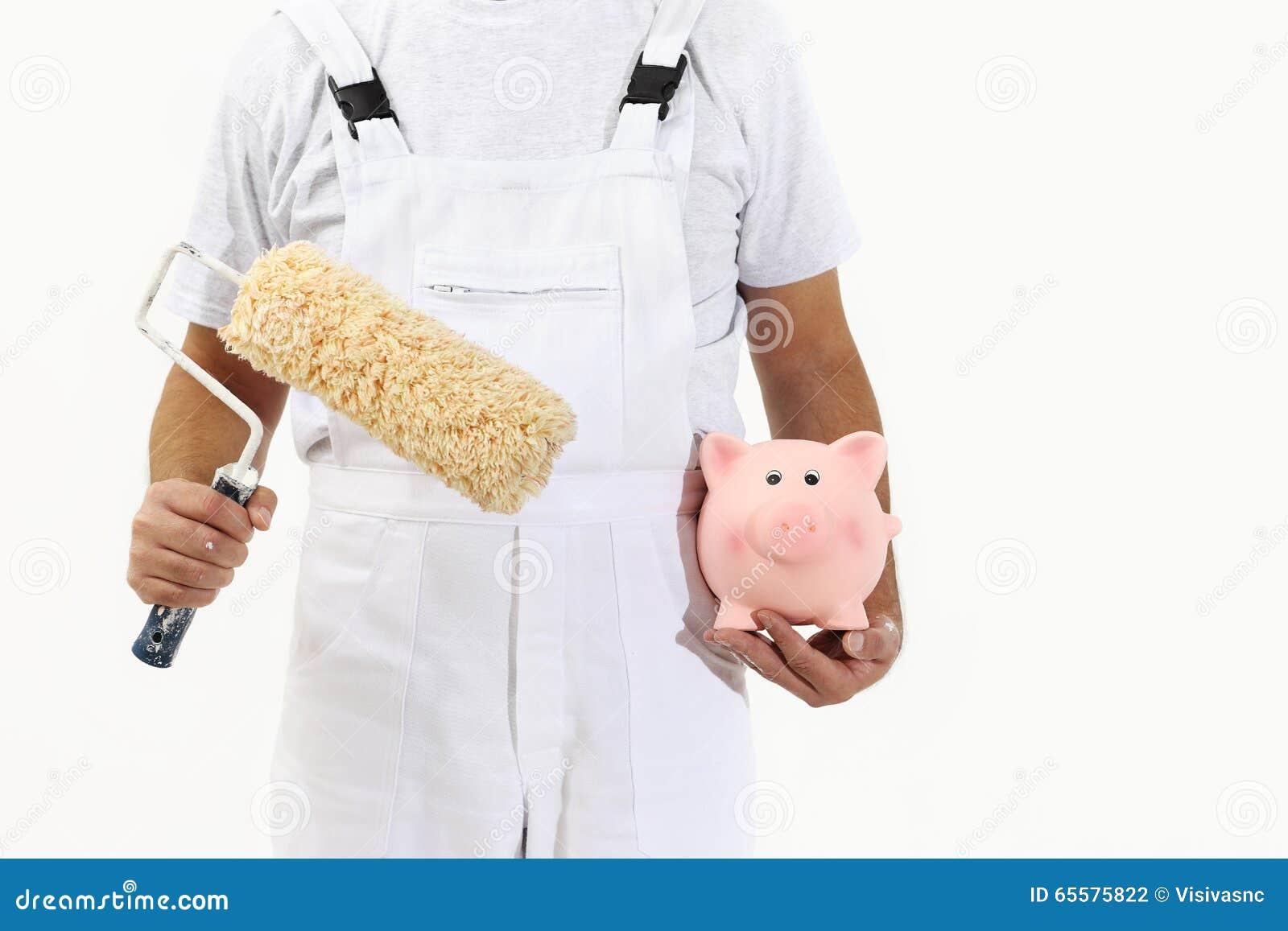 Homem do pintor com a escova e o mealheiro do rolo, isolados no branco