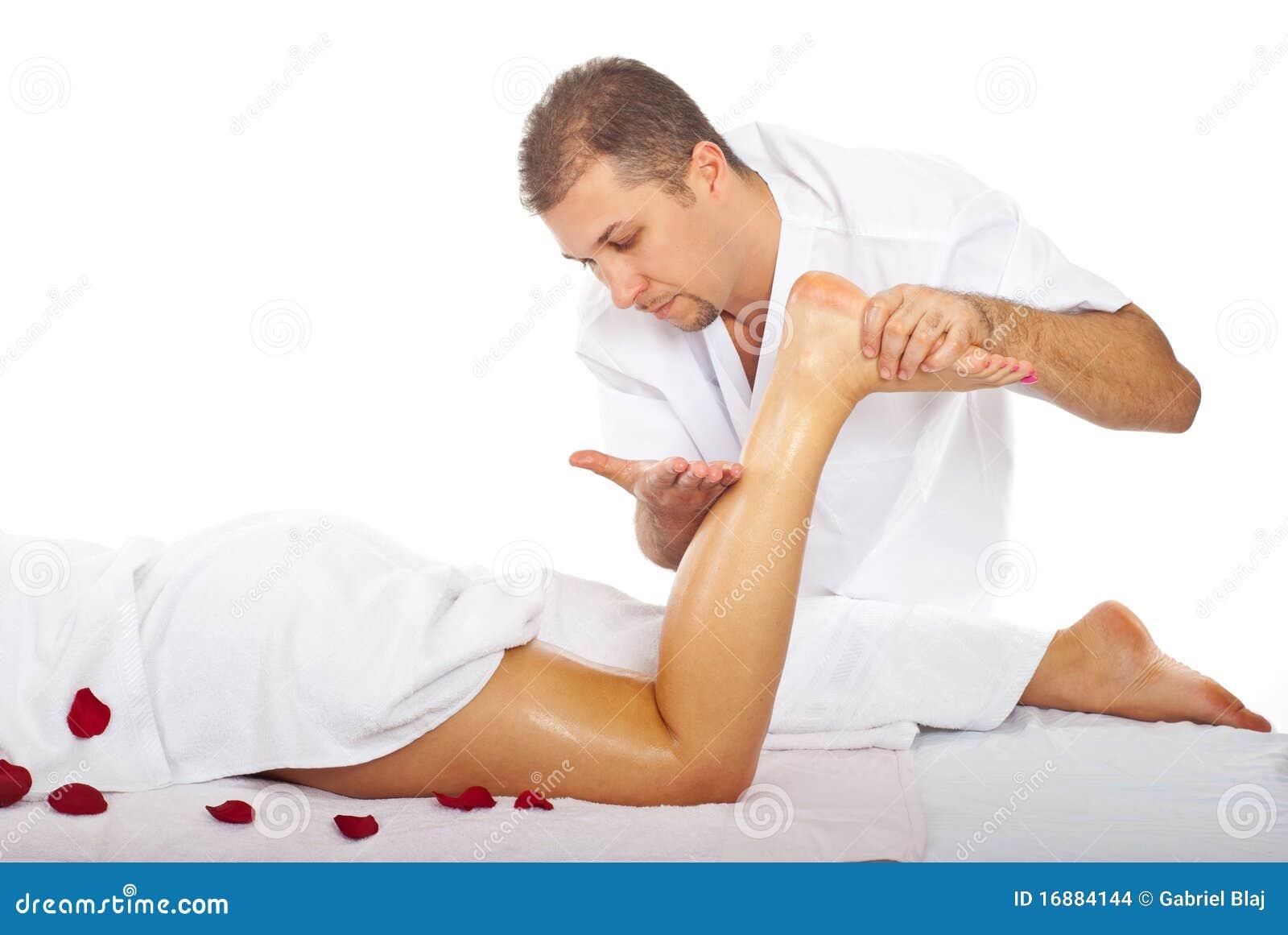 Mulher fazendo massagem em homem