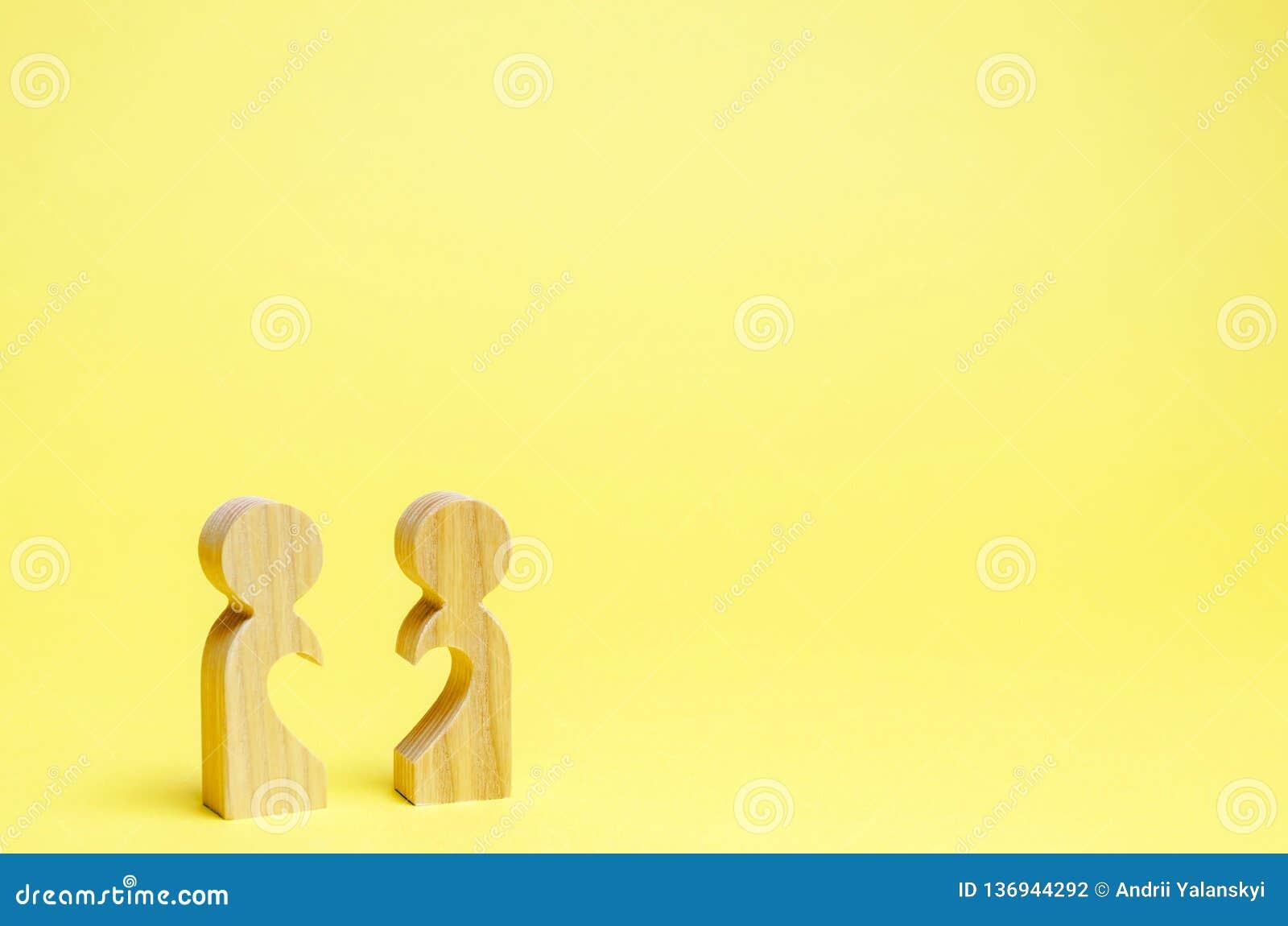 Homem dois de madeira com metade de um coração Busca para uma alma gêmea Namoradeira e simpatia Relações humanas Amor de toda a v
