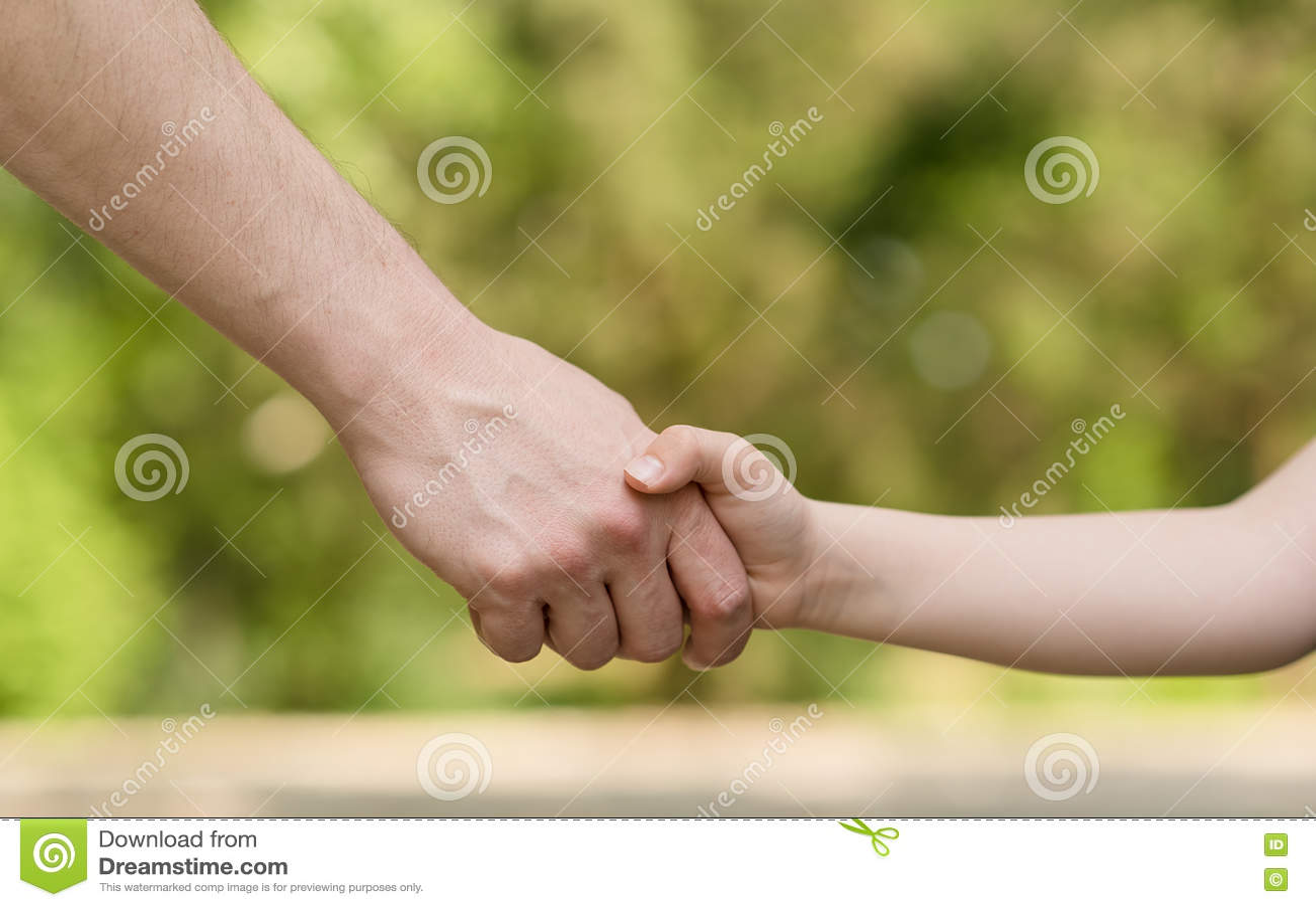 Homem e aperto de mão novo do menino