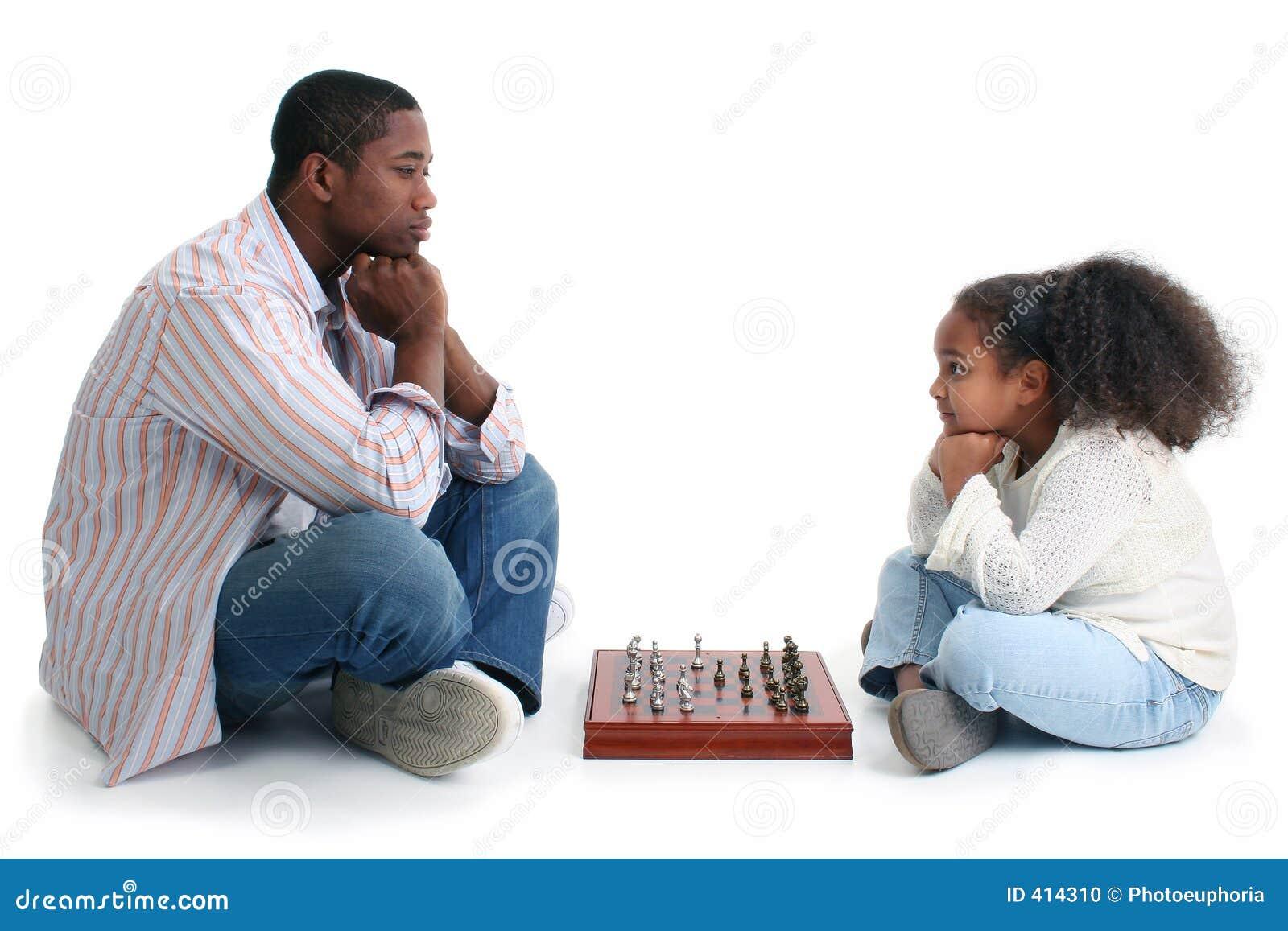 Homem e criança que jogam a xadrez